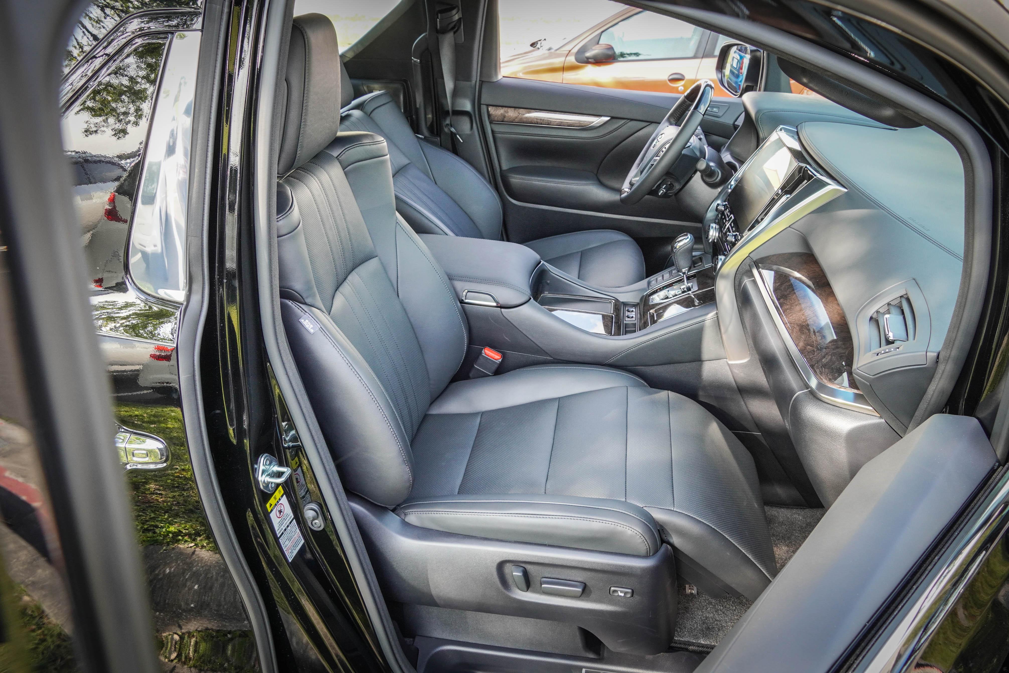 雙前座都有冷熱通風功能,副駕駛配置Ottoman座椅,擁有腿靠與電動四向調整功能。