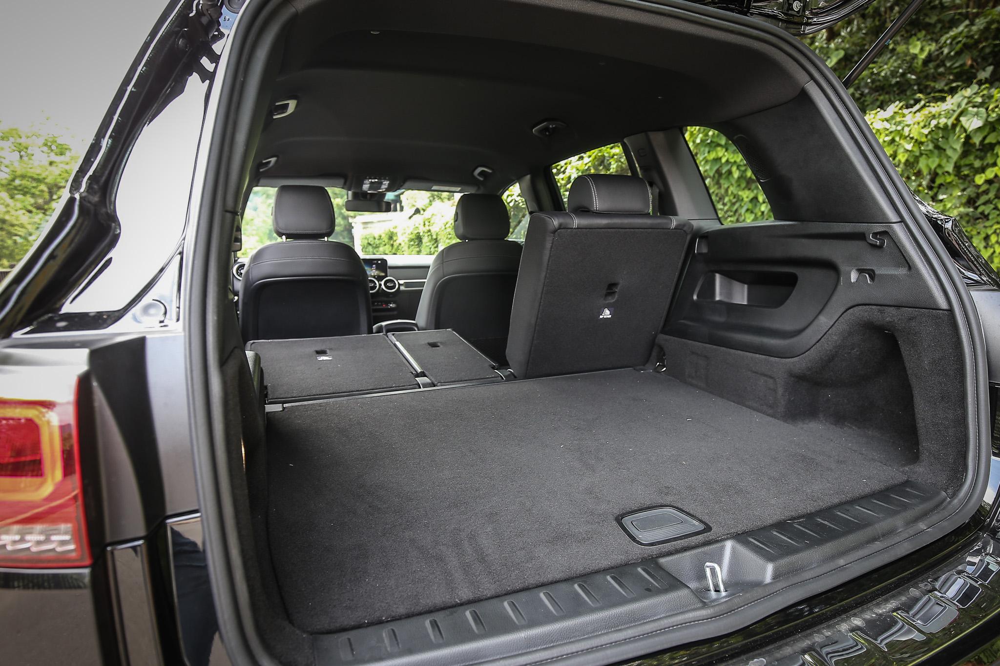 第二排座椅傾倒後,空間更可擴充至 1800 公升。