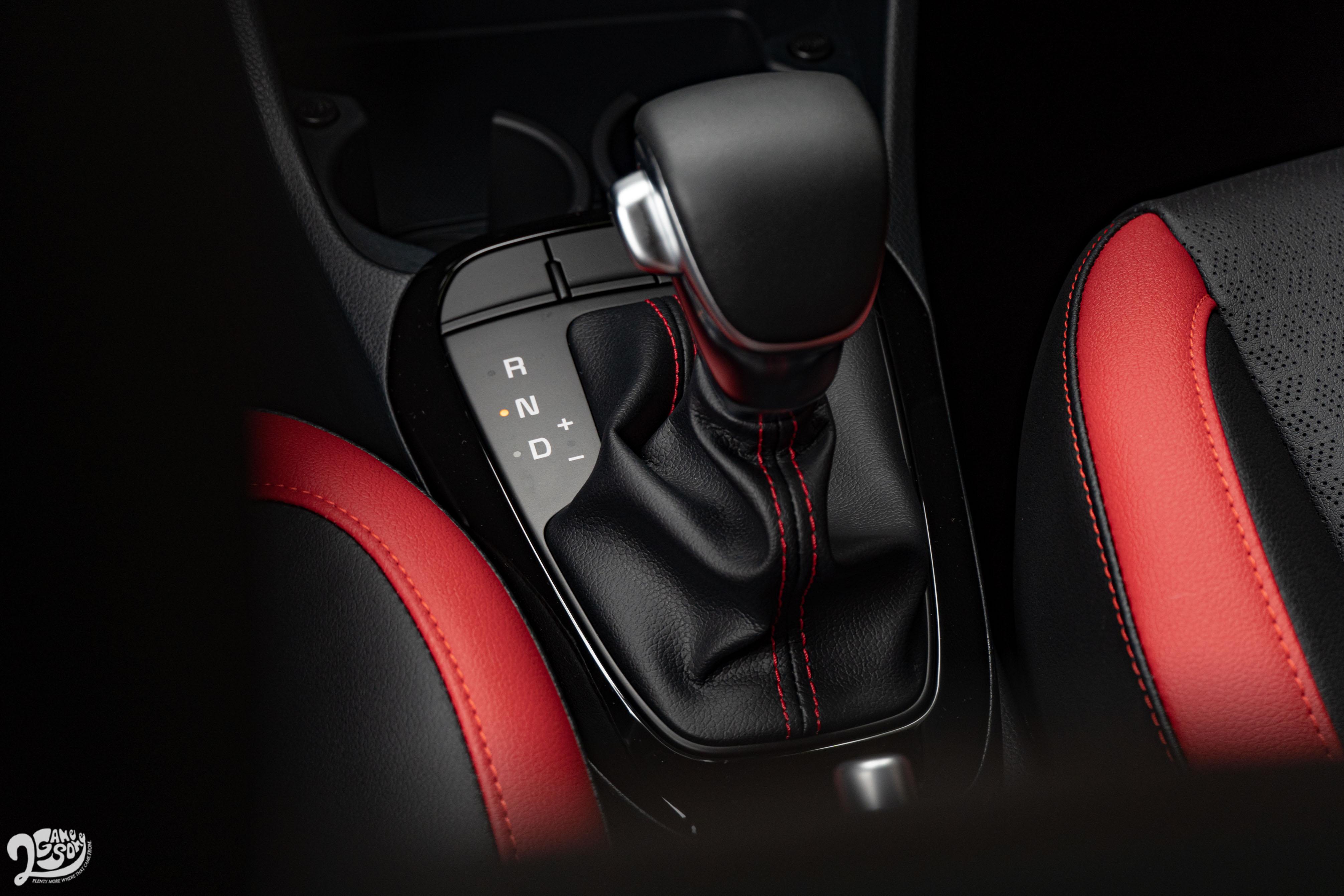 新採用的五速電子序列式變速系統(5速自手排)沒有 P 檔,停車時就是 N 檔加手煞車。