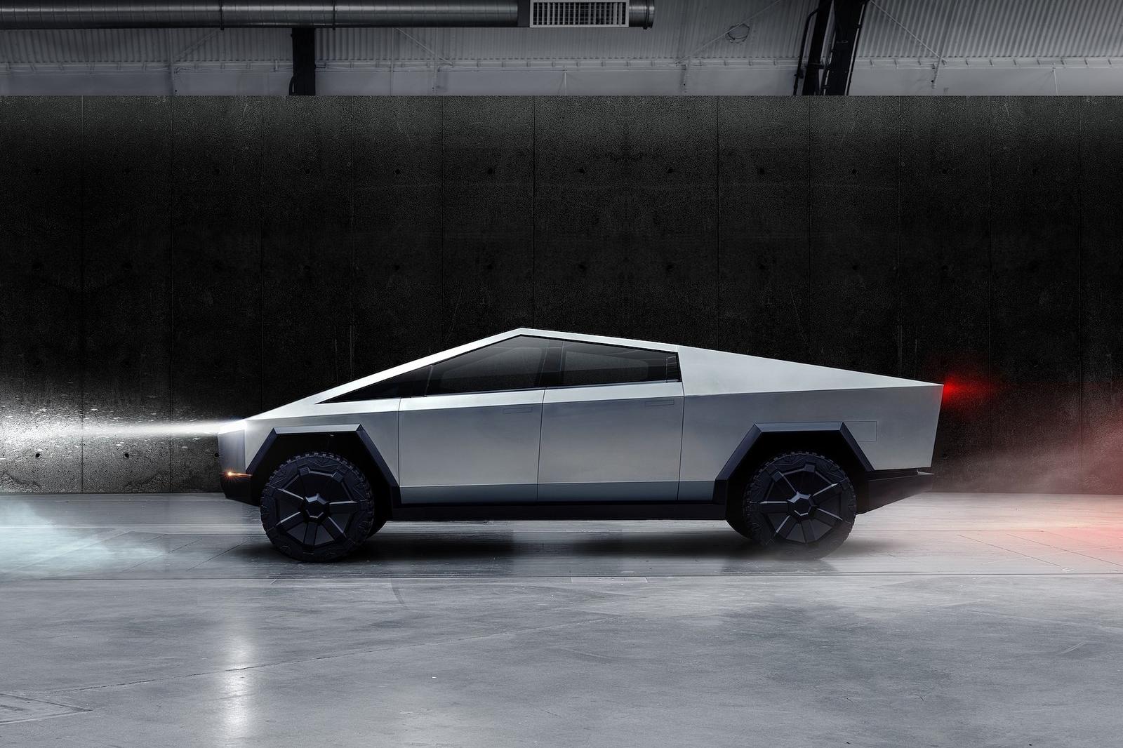 Cybertruck 擁有超高剛性的 Ultra-Hard 30X 冷軋不鏽鋼車體、裝甲玻璃、高達 14,000 磅的拖曳能力、3,500 磅車床負重以及氣壓懸吊。