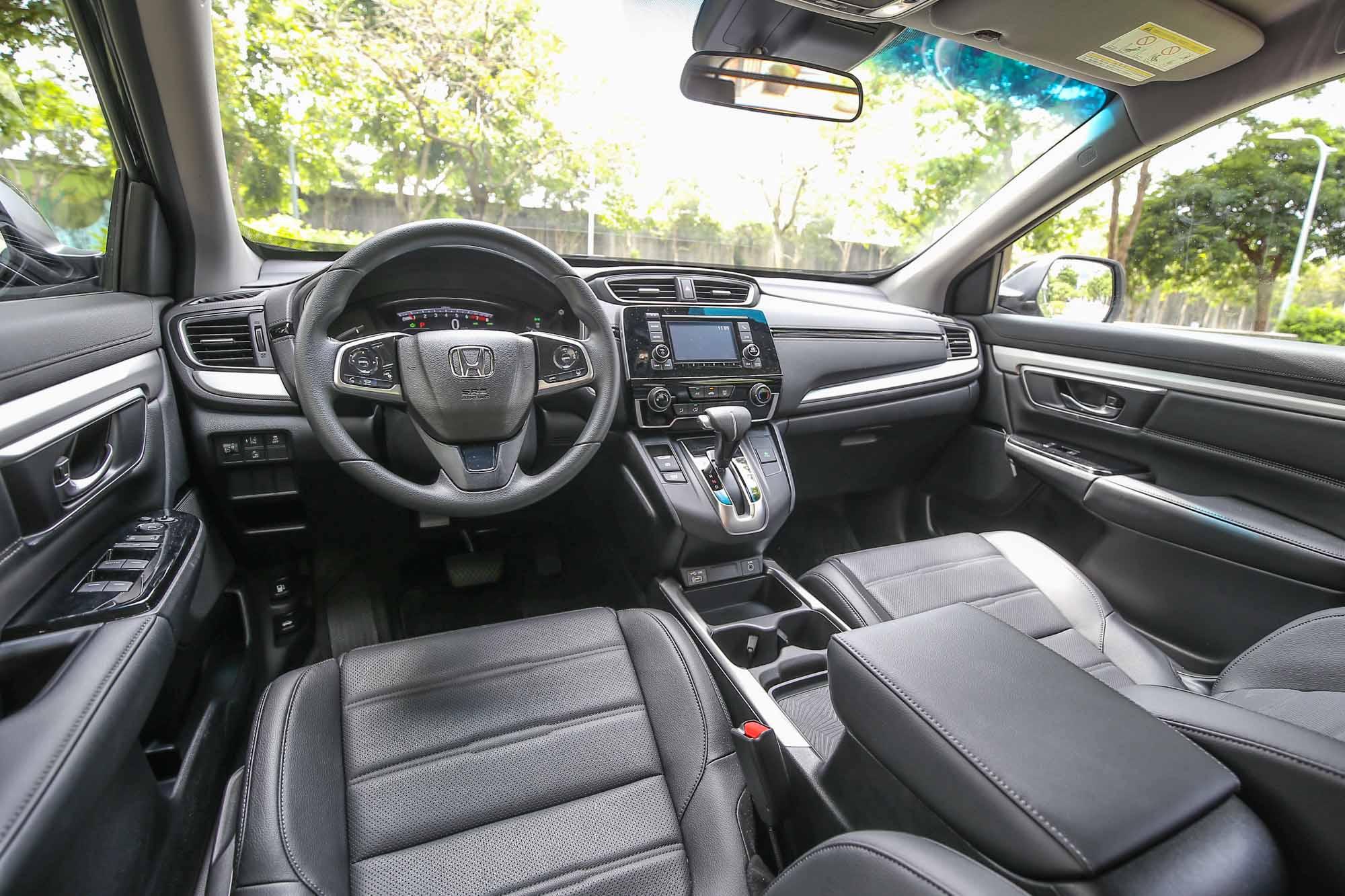 車內格局大抵維持小改款前設計,寬敞、簡約是主要特色。