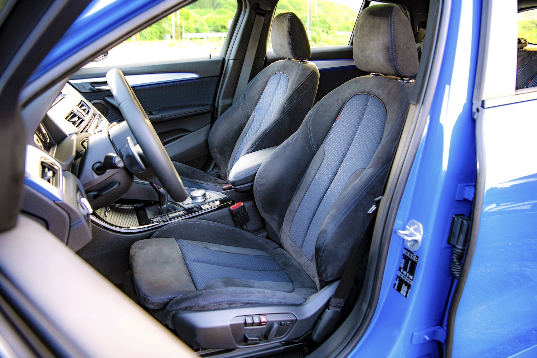Alcantara 麂皮織布內裝跑車座椅。