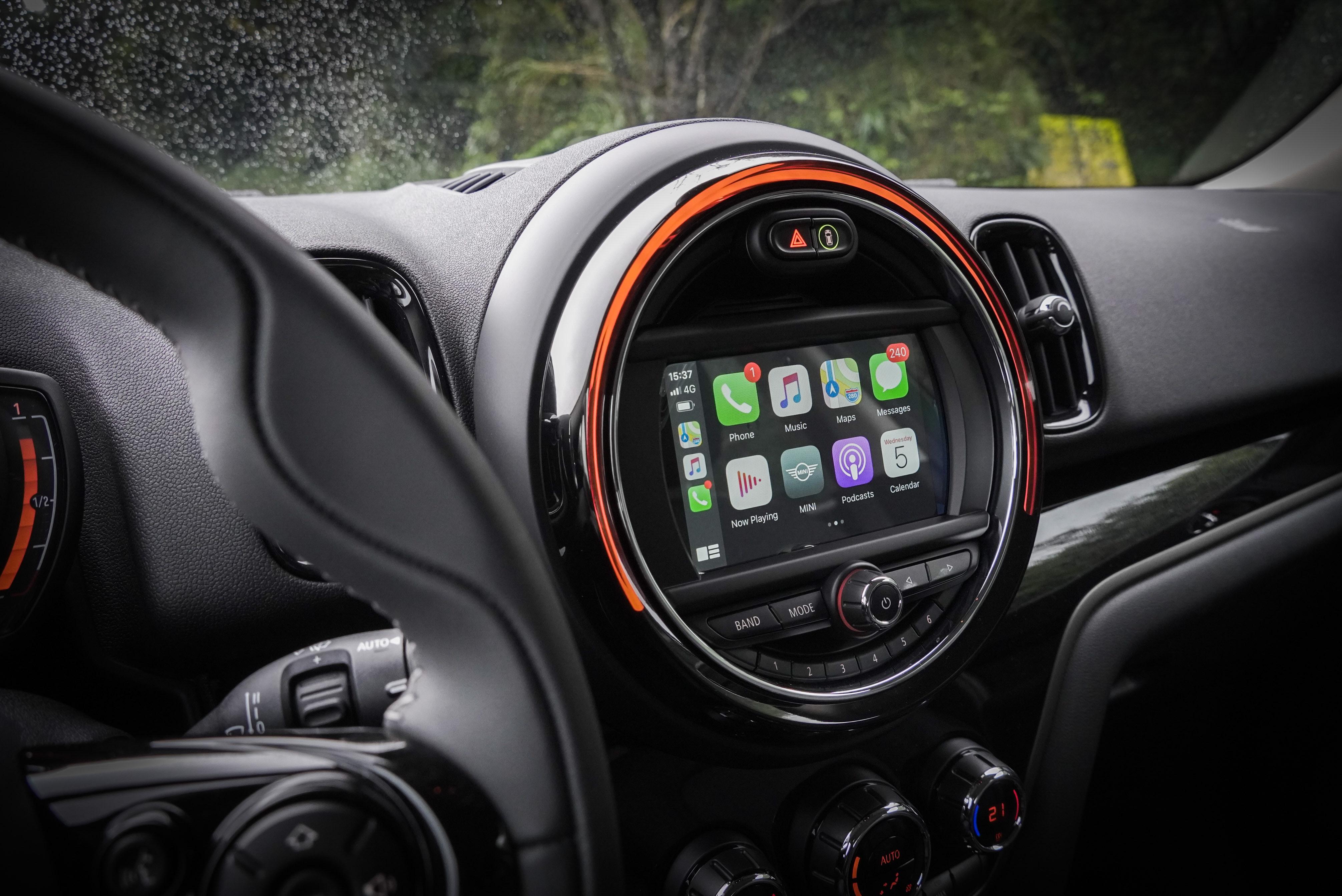 MINI Visual Boost 6.5 吋觸控螢幕,中文衛星導航系統、Apple CarPlay 系統都是野營版套件內容。