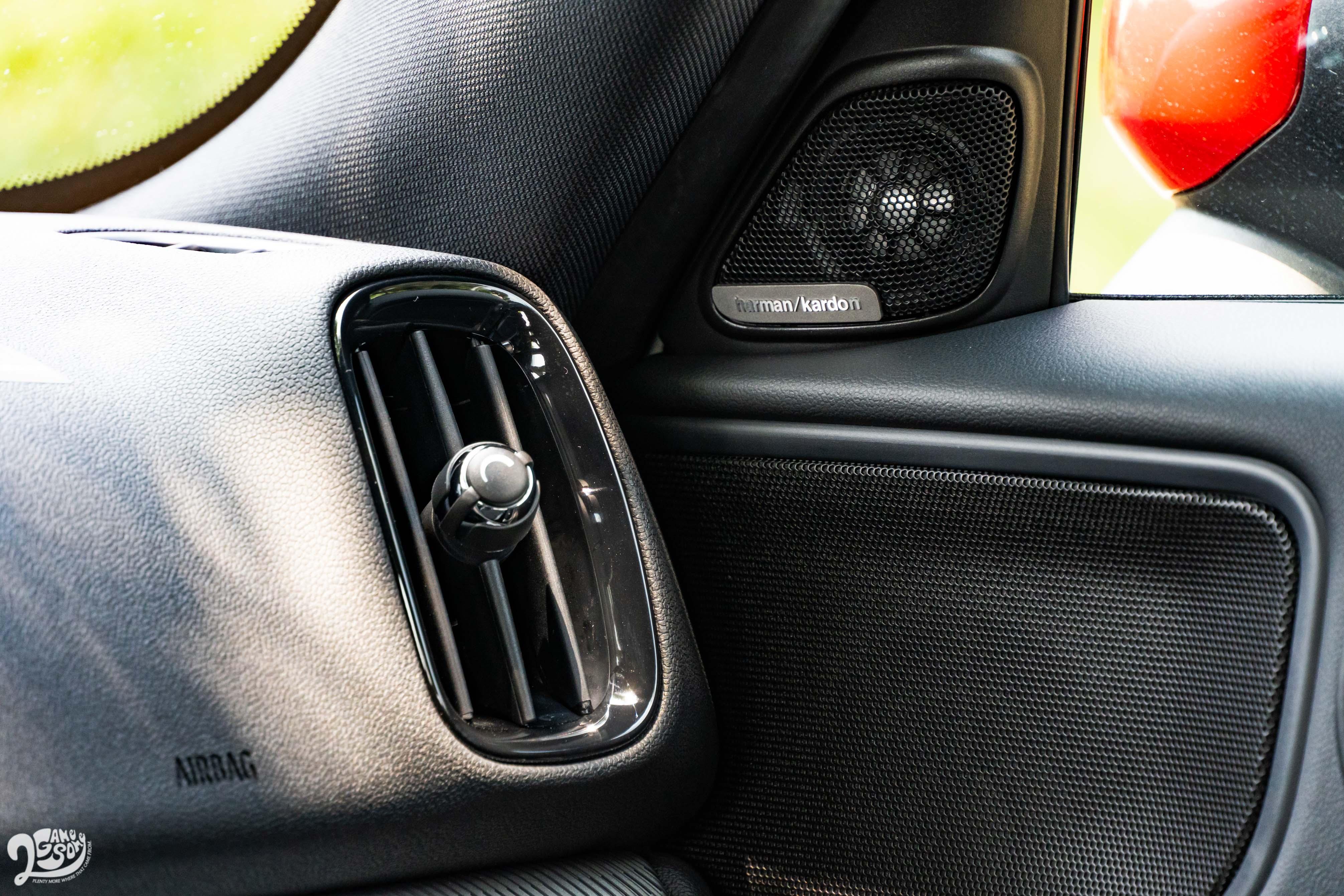 試駕車選配 harman/kardon 音響系統。