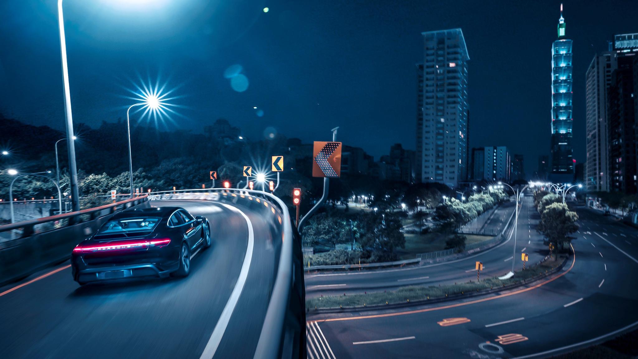 ▲ 電光石火,Porsche Taycan 奔流於台北街頭