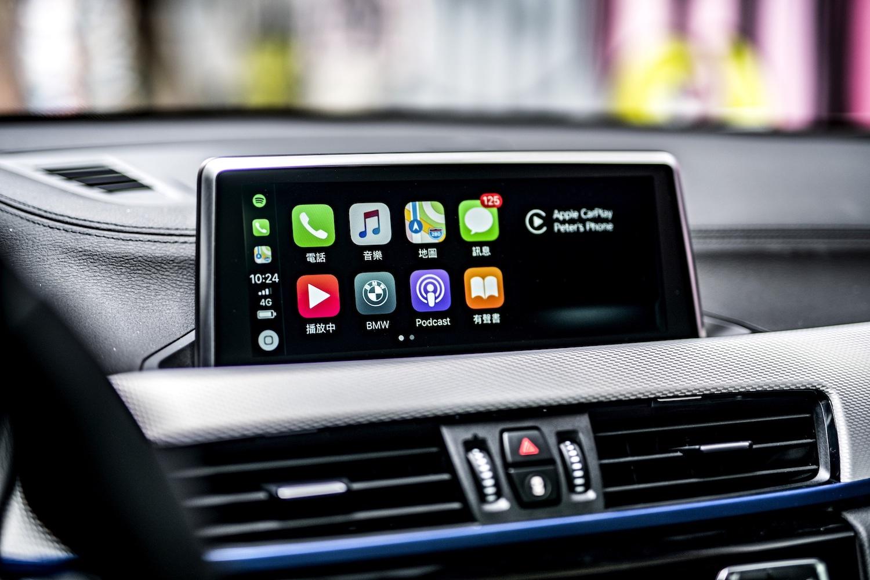 X2 領航版全車系升級業界首創的無線 Apple CarPlay 整合系統、8.8 吋中控觸控螢幕與 BMW 智能衛星導航系統。