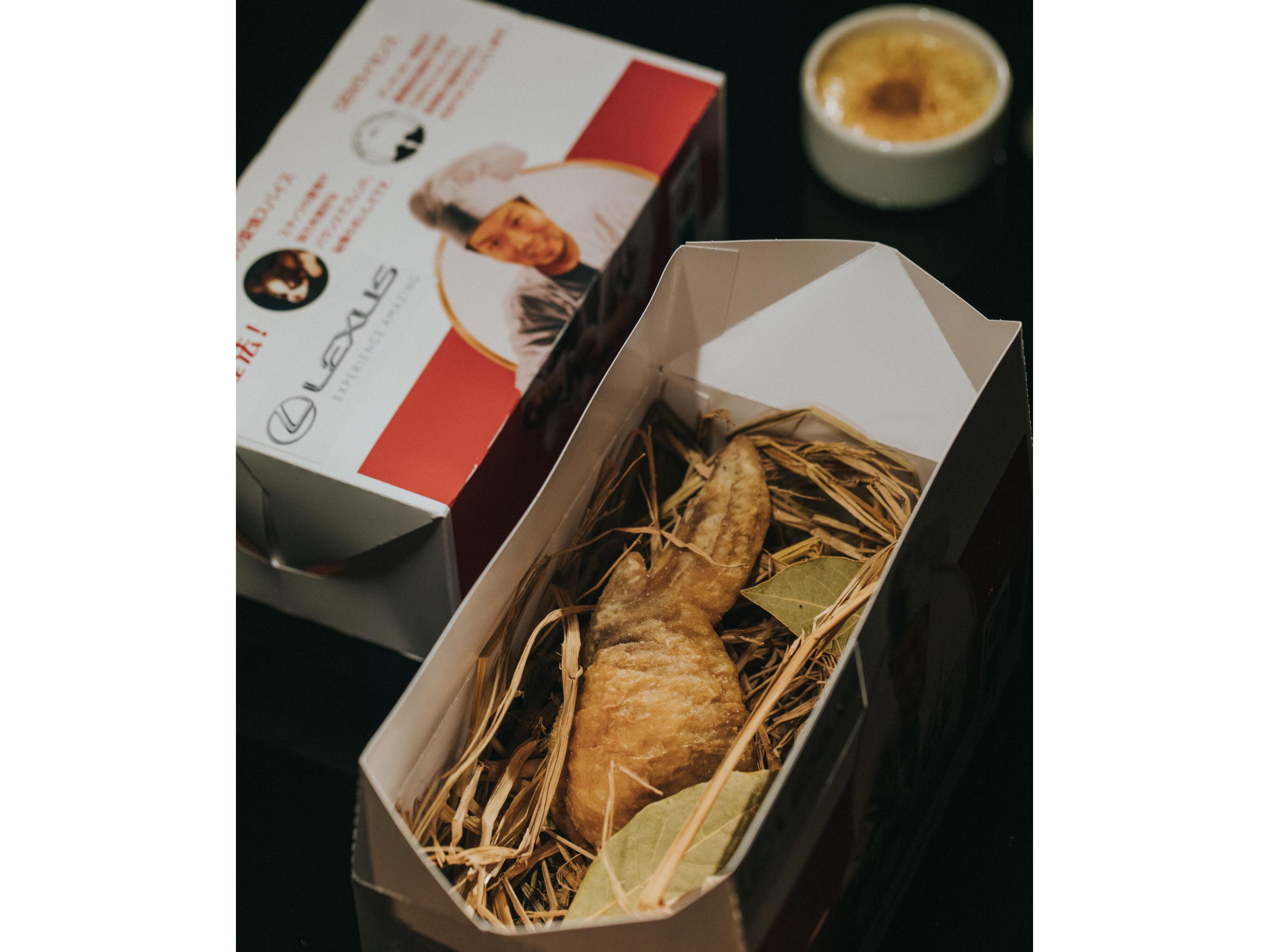 "Den 餐廳經典招牌美饌「DEN-tucky ""傳""炸雞」融合台灣文化,將整支雞翅挖空裡面塞入台式滷肉飯。"