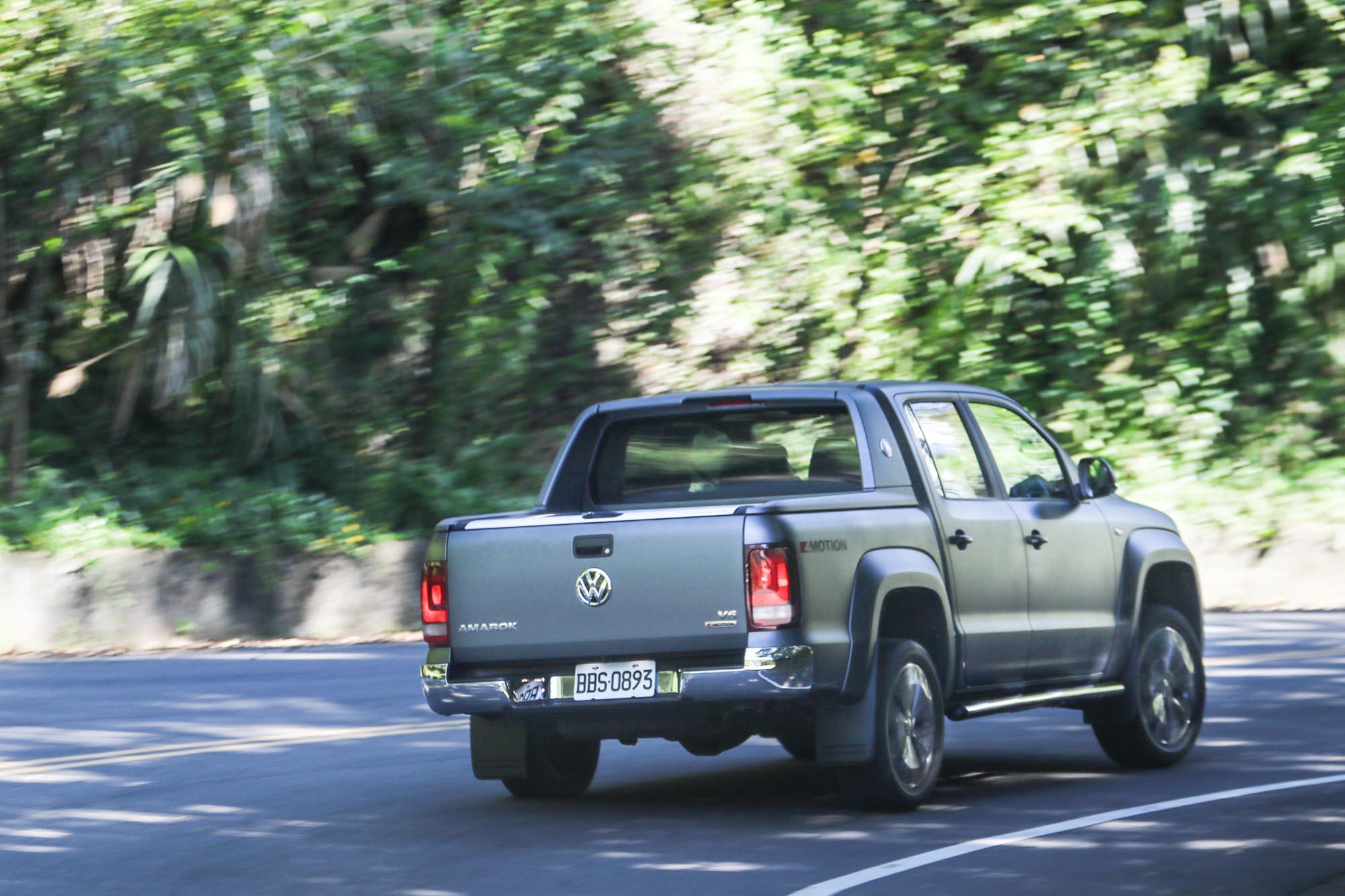 底盤設定雖然讓 Amarok Aventura 依舊有著貨卡車型的傳統行路感,但透過優異的設定與隔音制震材質的運用,行路表現已堪稱同級最佳。