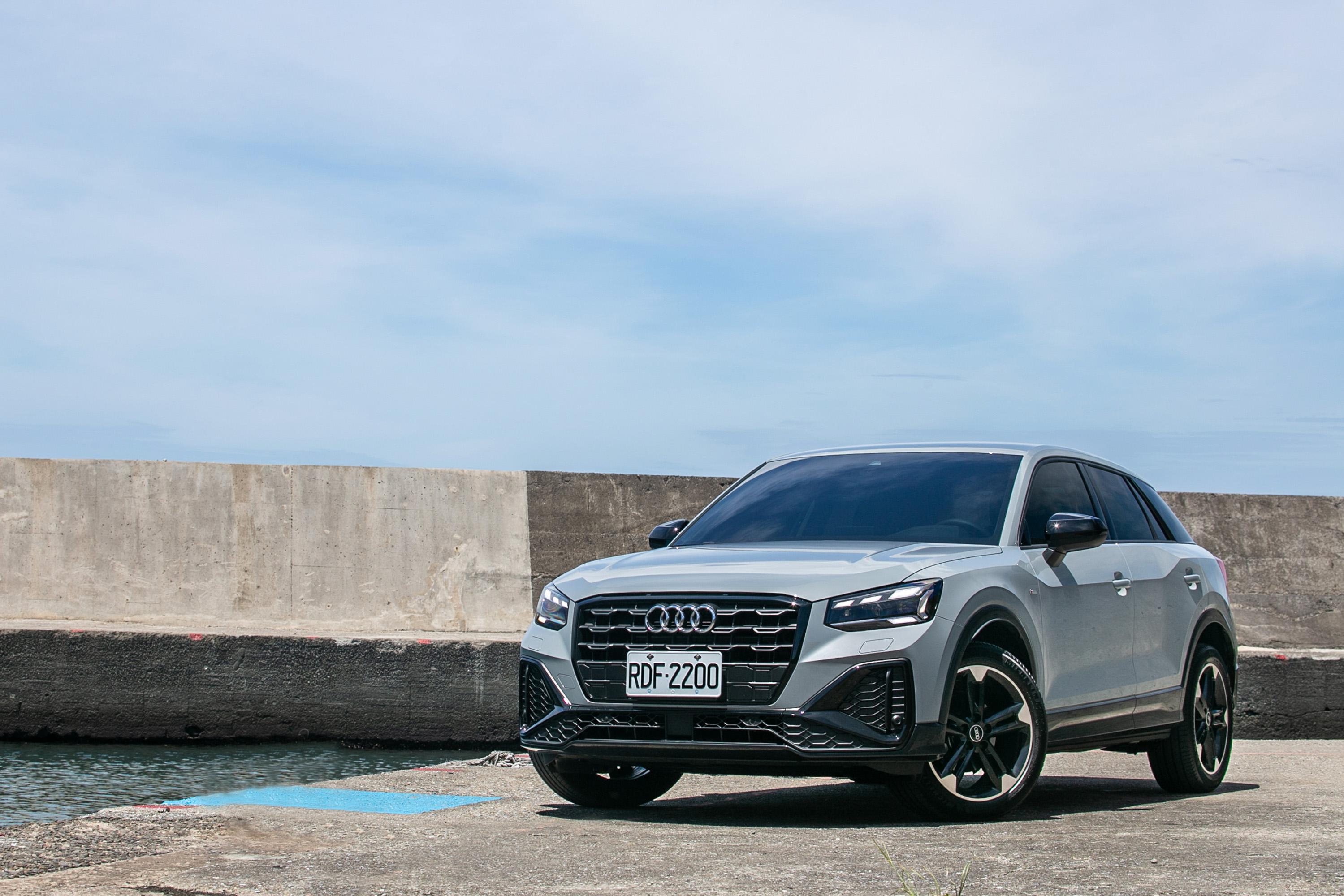 試駕車型為 Audi 小改款 Q2 35 TFSI S line,售價為新台幣 176 萬元起。