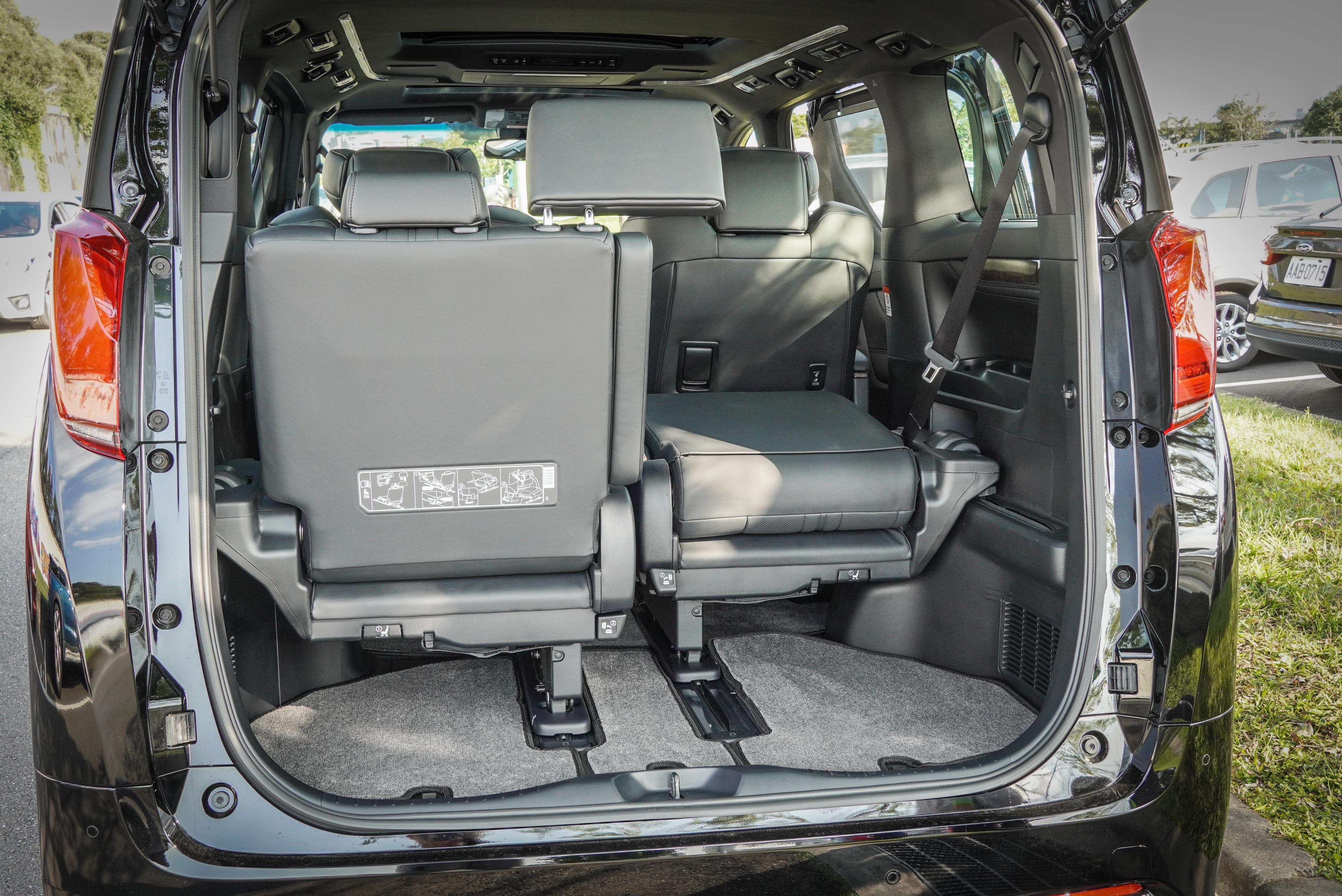 第三排座椅採取 5/5 分離式設計,附可調式獨立扶手。