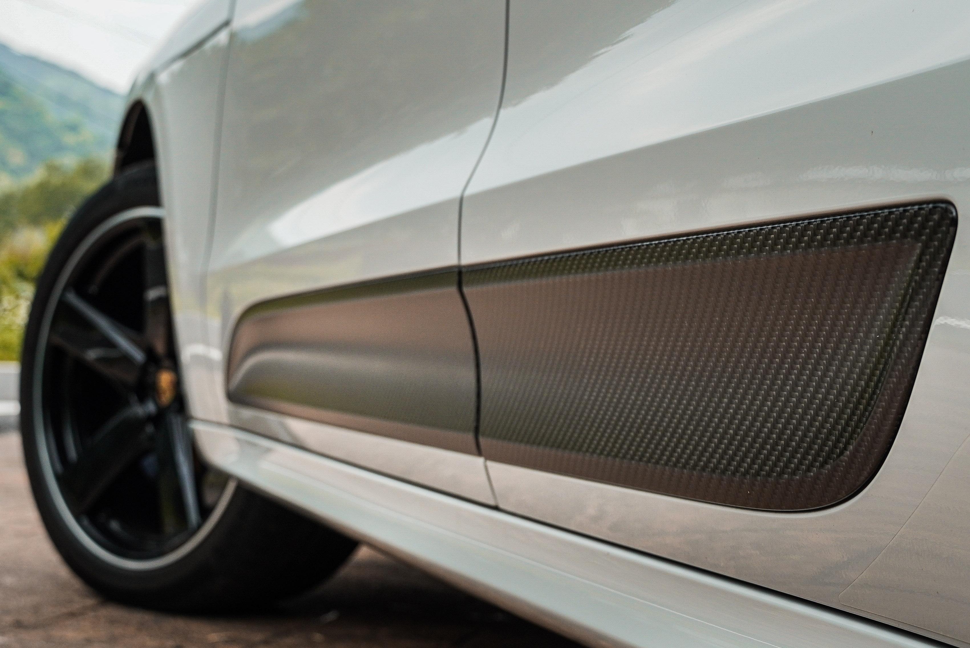車側除了標配 SportDesign 側裙,你還可以選配碳纖維飾板。