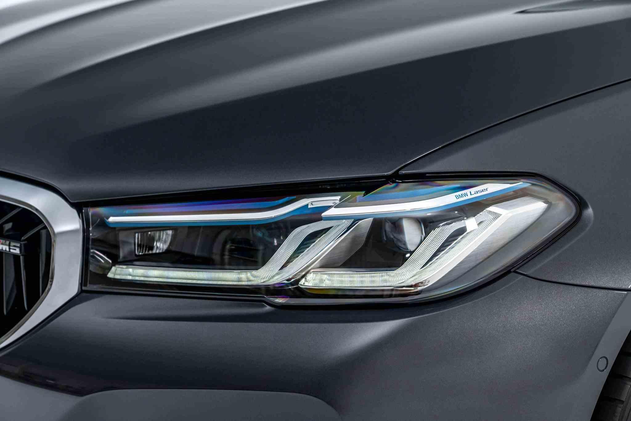 銳利的 L 型光條與全新設計的湛藍色智慧雷射頭燈(含Glare-free光型變化功能)。