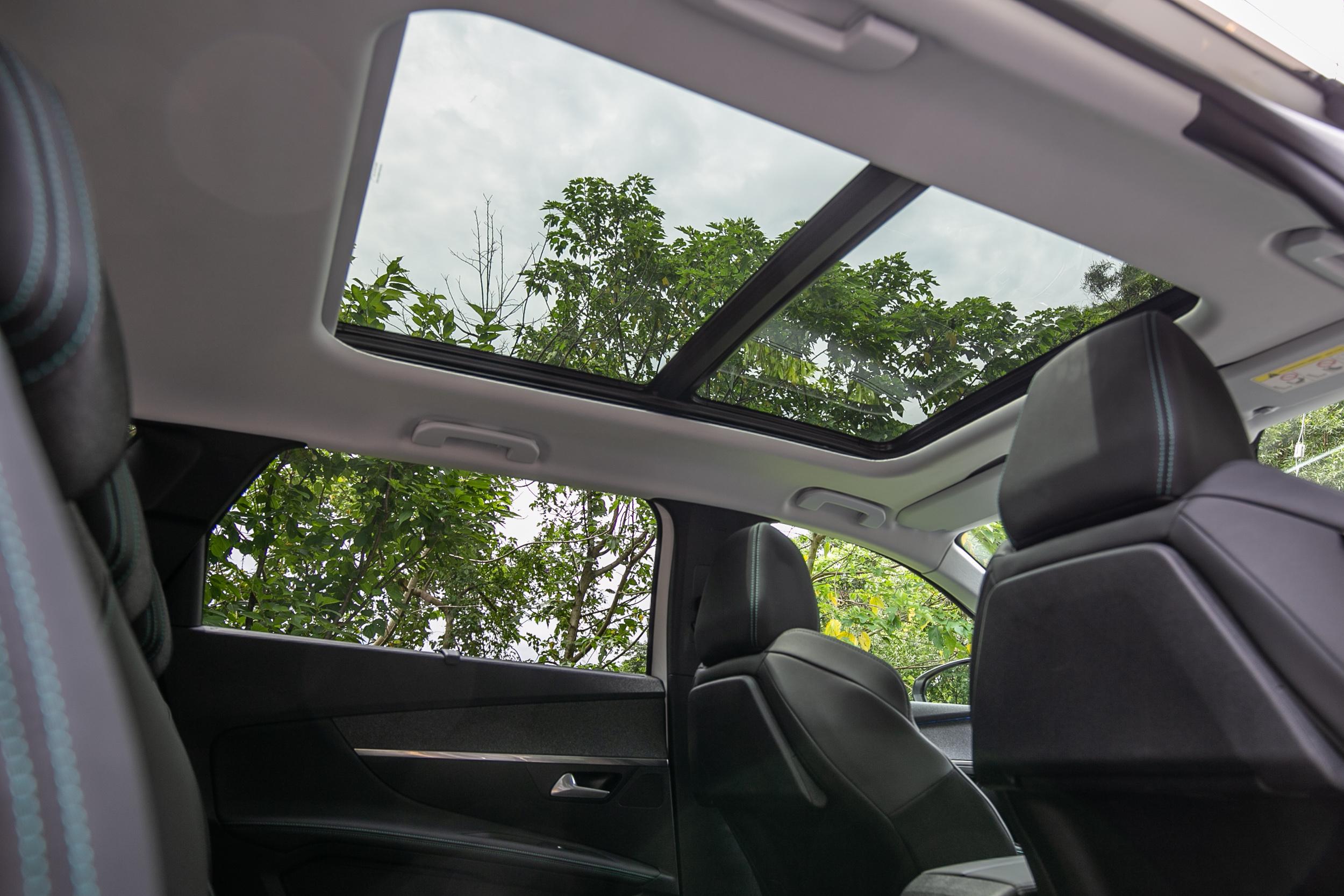 試駕車型選配全景式天窗。