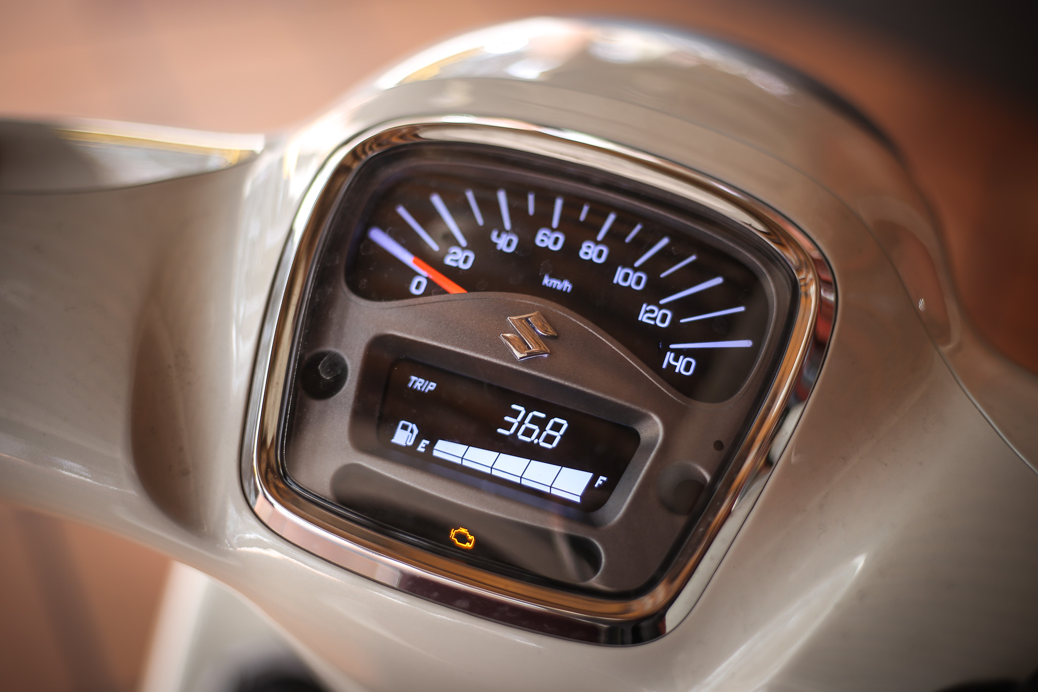 儀表板採取傳統指針與數位液晶顯示幕並用。