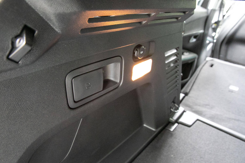 後廂兩側配備有後座椅背快速傾倒拉桿。