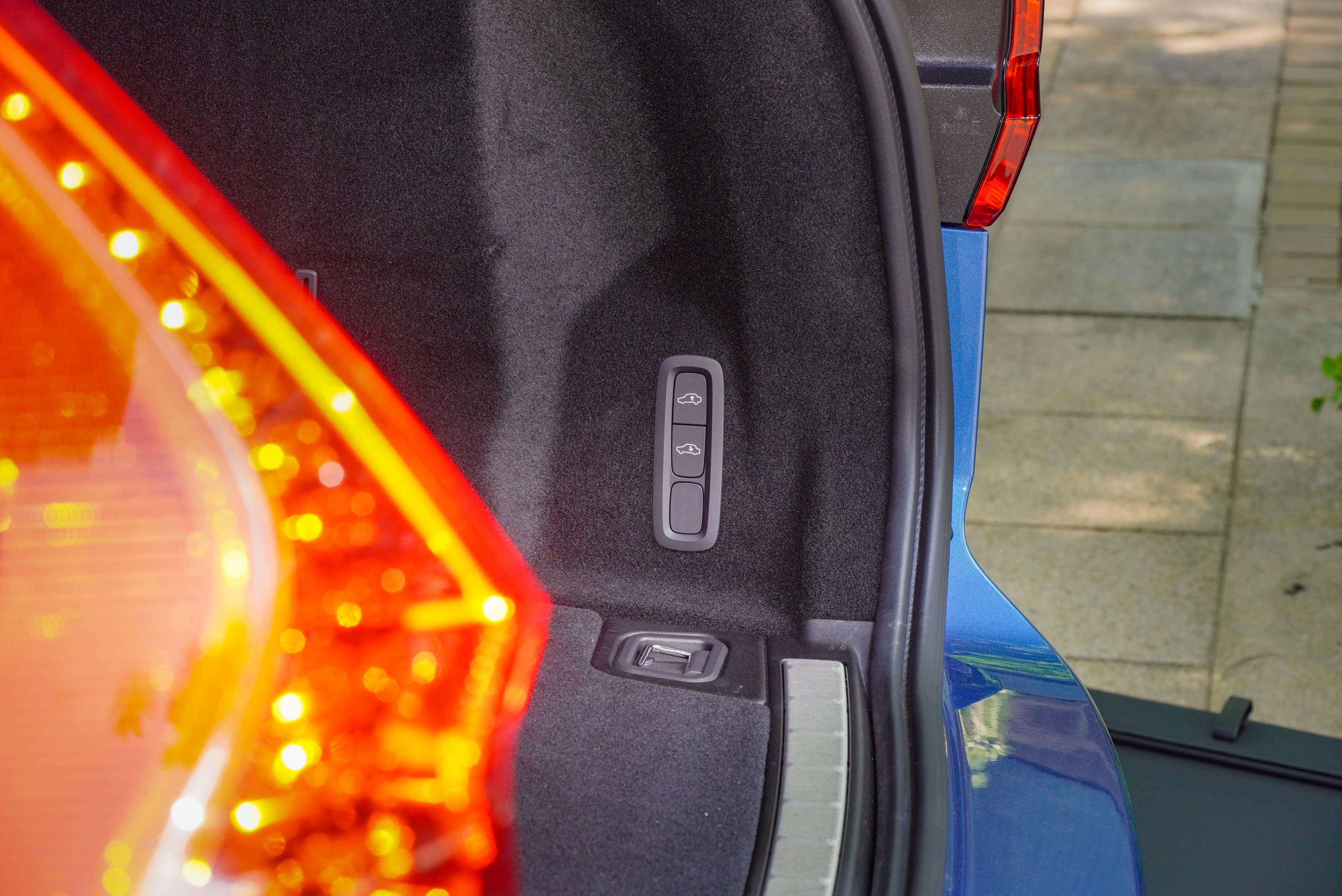 提供便利的車尾高度升降按鍵。