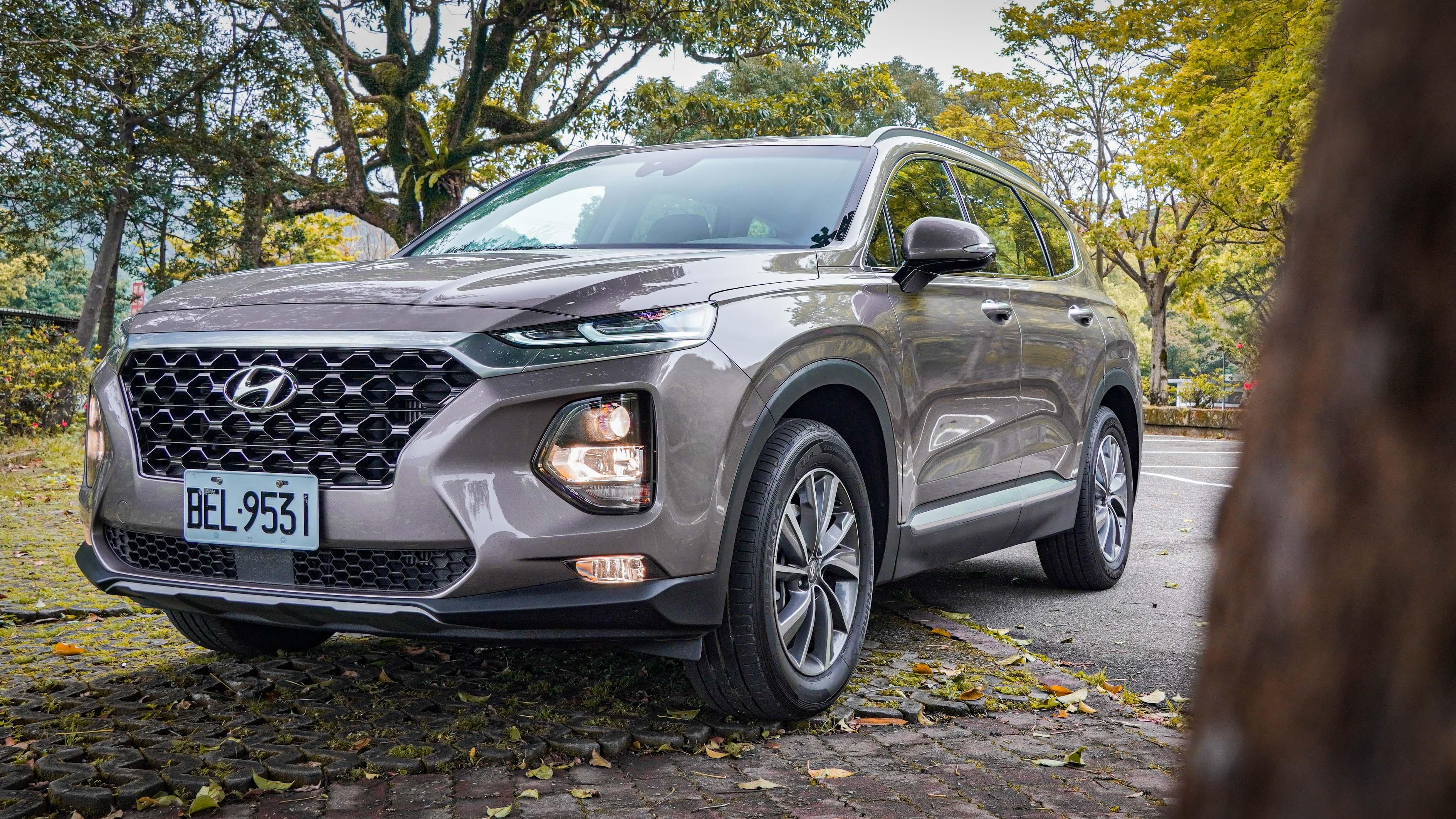 Hyundai Santa Fe 以三車型販售:2.4 汽油 4WD 尊爵(129.9 萬)、2.4 汽油旗艦(139.9 萬)、2.2 柴油 4WD 旗艦(149.9 萬)