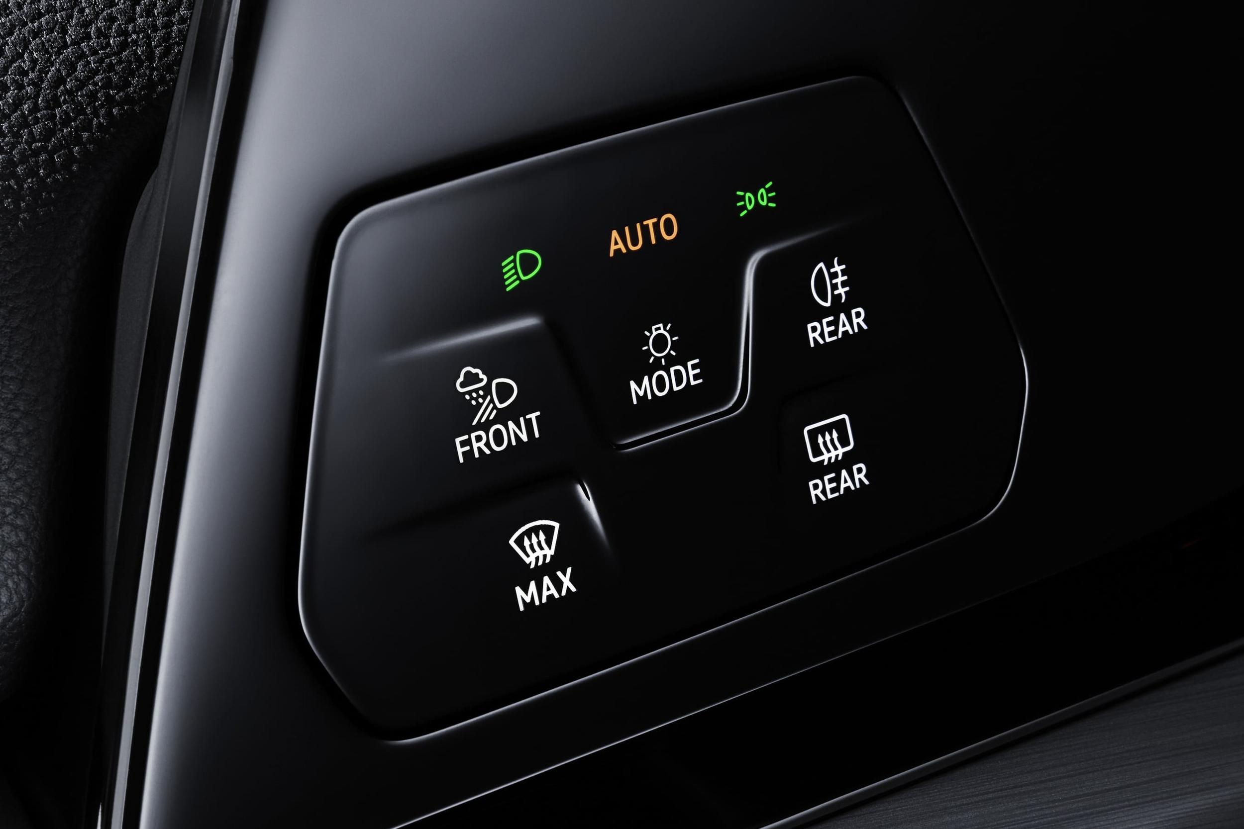駕駛左側的頭燈控制介面也採用智慧觸控式面板。