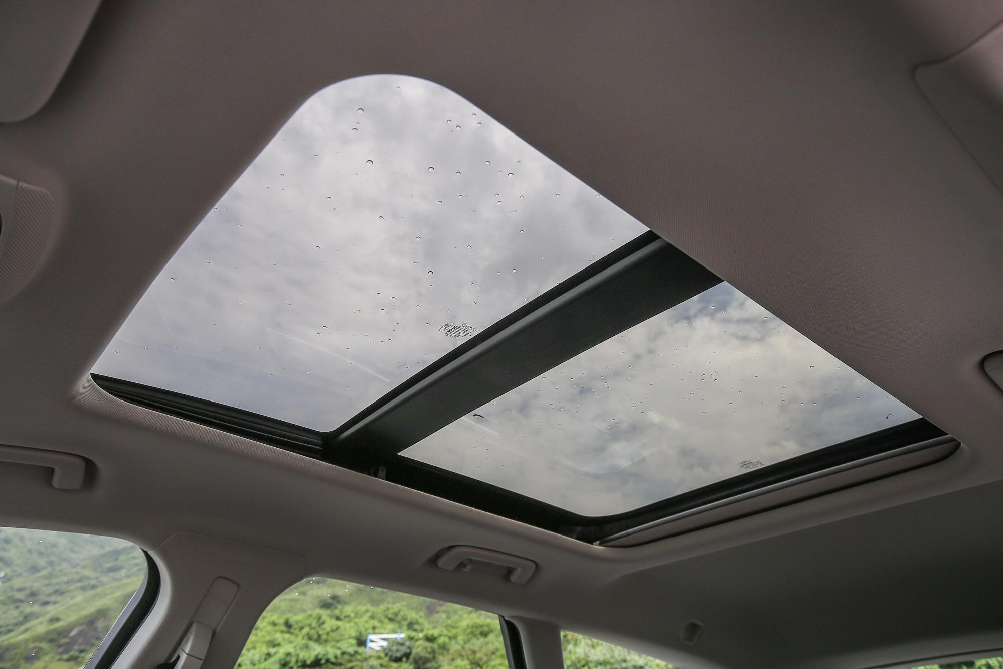 附電動遮陽簾的全景式天窗是標準配備。