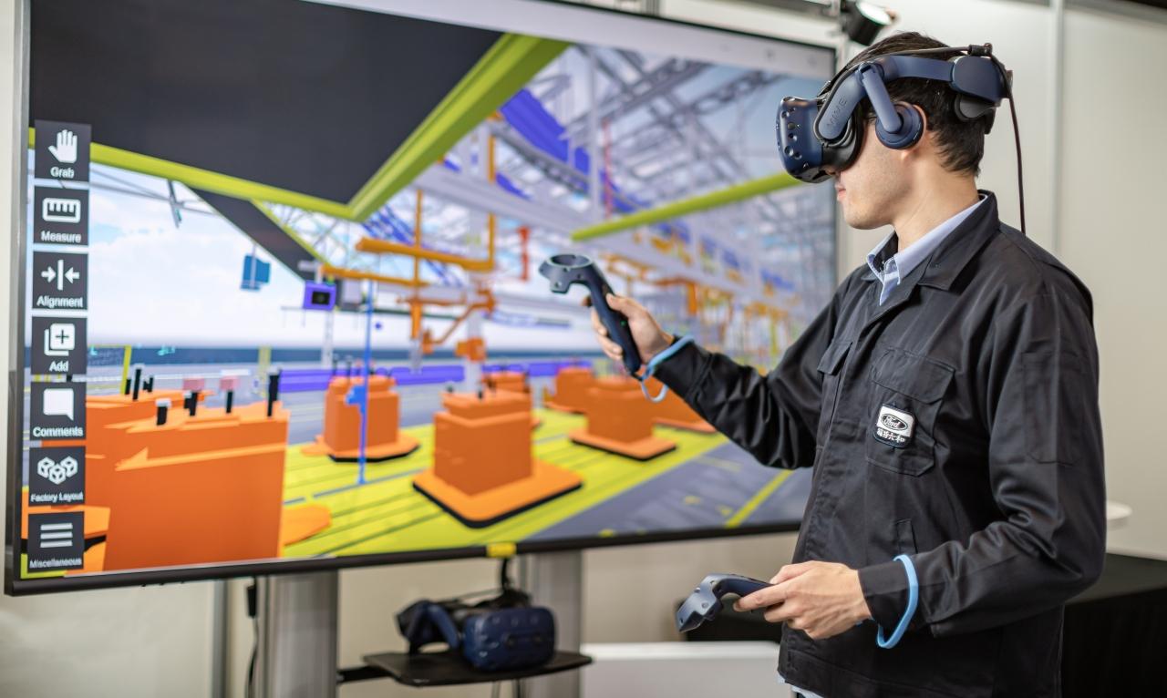 VR虛擬實境技術整合產線設備與參數,建構出數位化的工廠模組。
