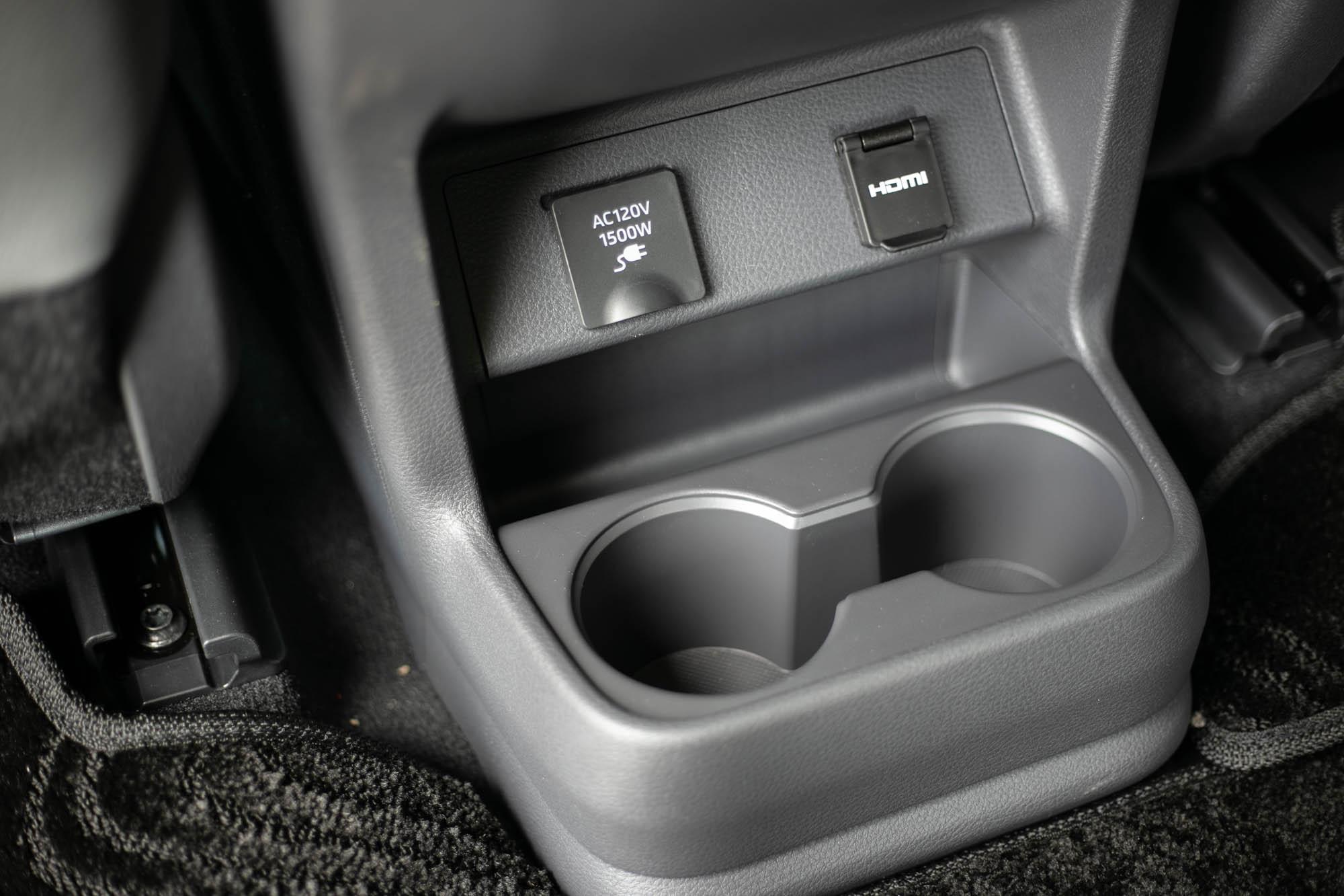 全車更有多達18個置杯架。