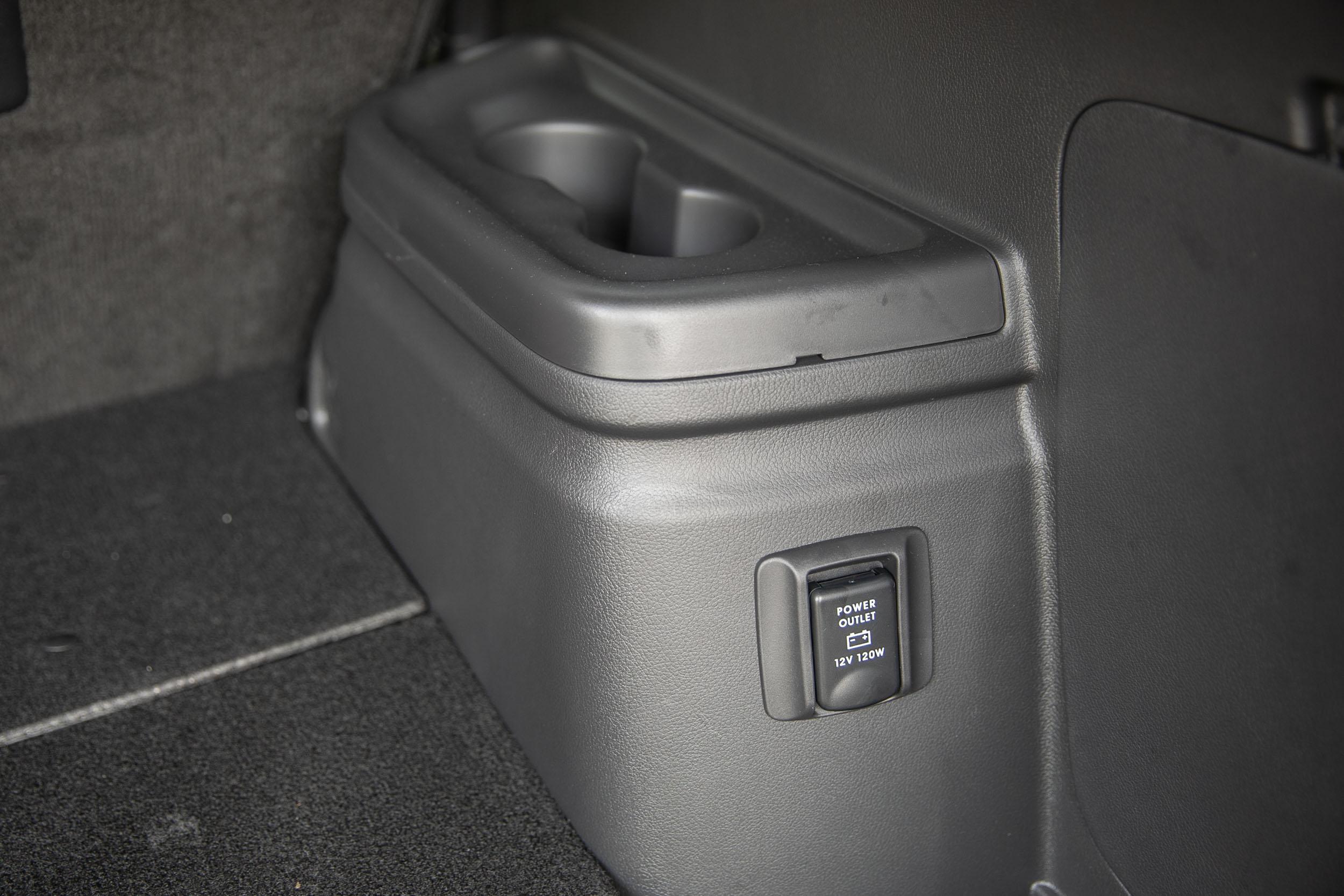 後座配備額外的 12V/120W 電源插座。