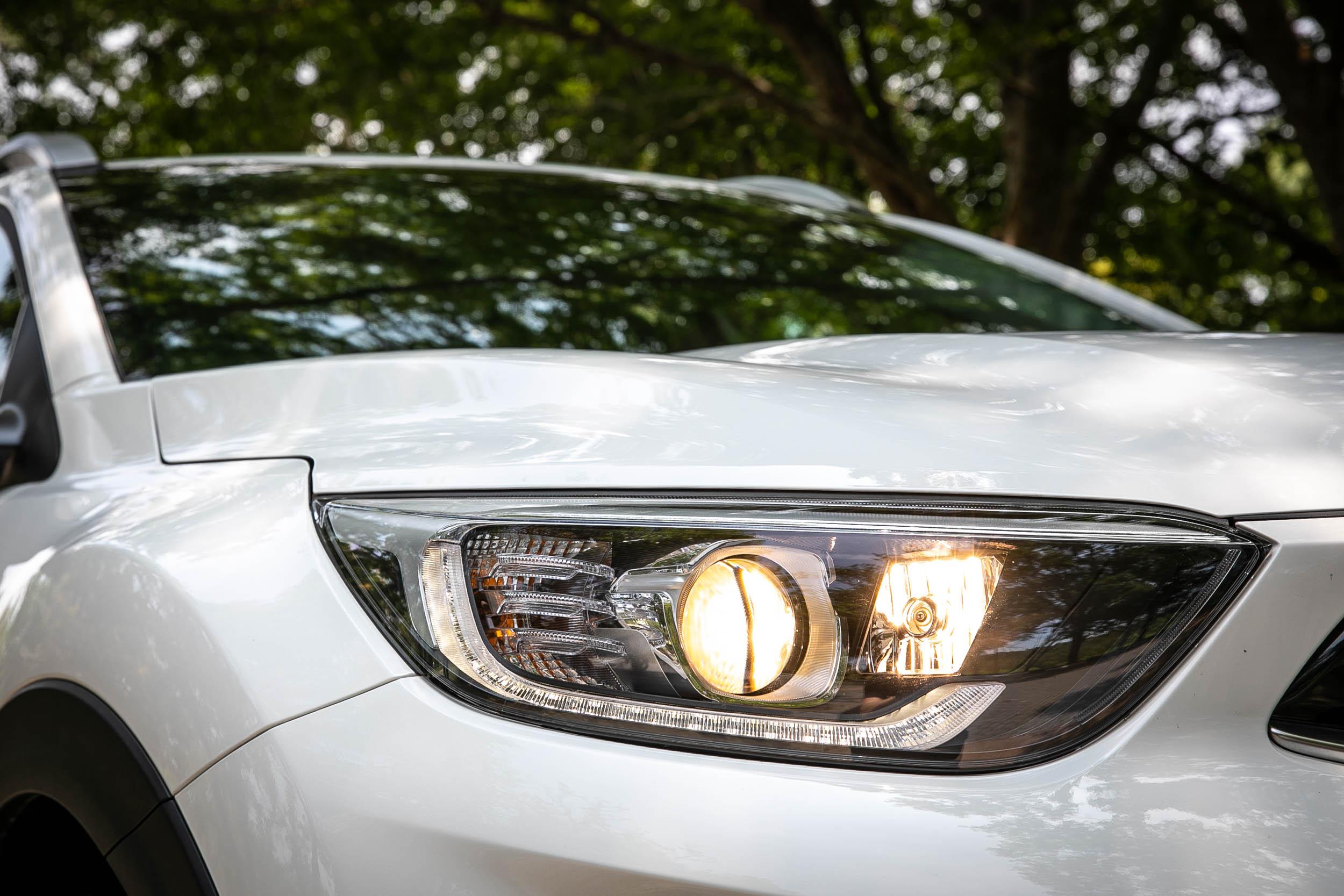 頭燈不採 LED 規格,不過多了SBL轉向輔助照明功能。