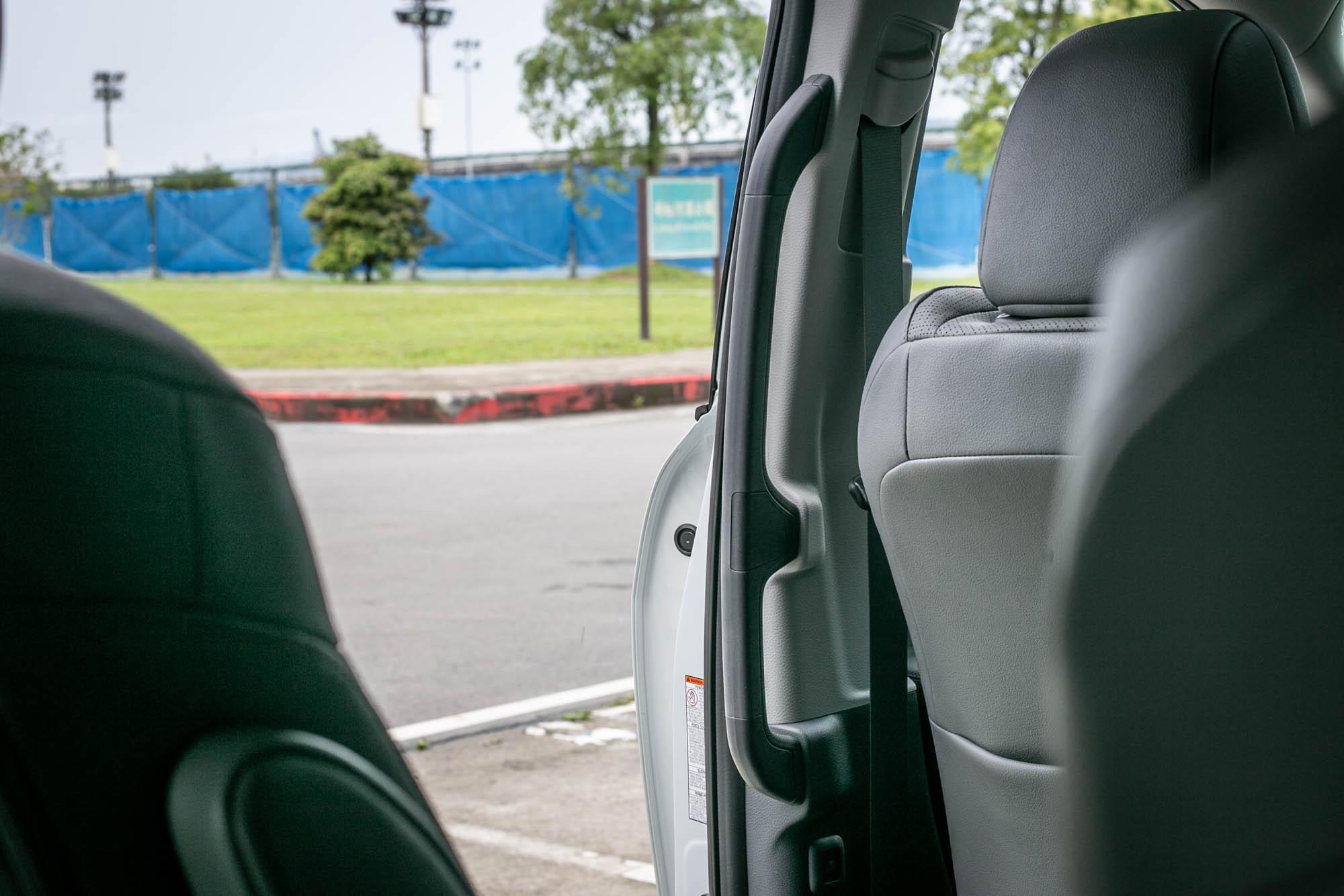 B 柱旁的大型扶手提供乘客上下車相當便利的支撐輔助。
