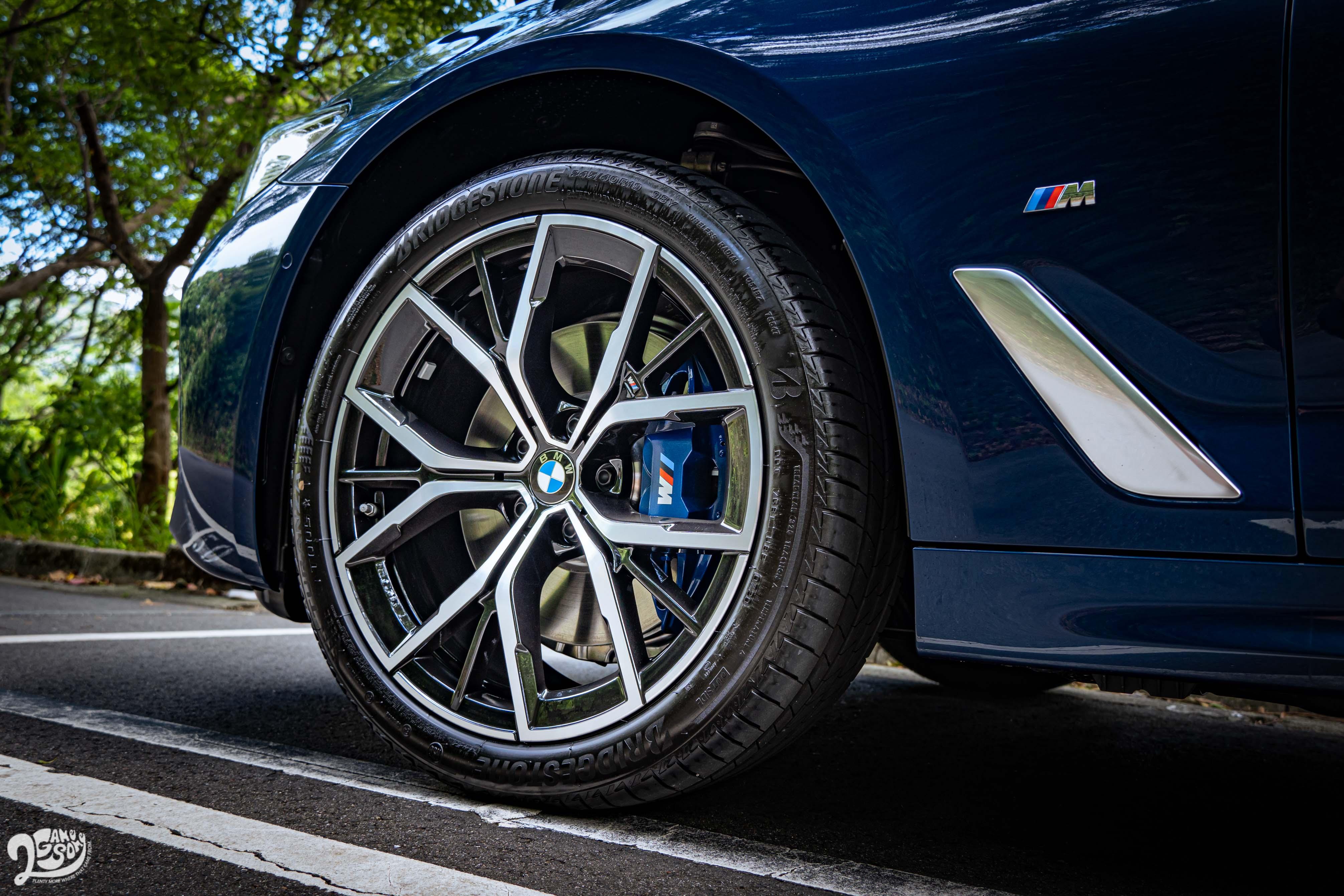 530i M Sport 首發版標配 19 吋 Y 輻輪圈。
