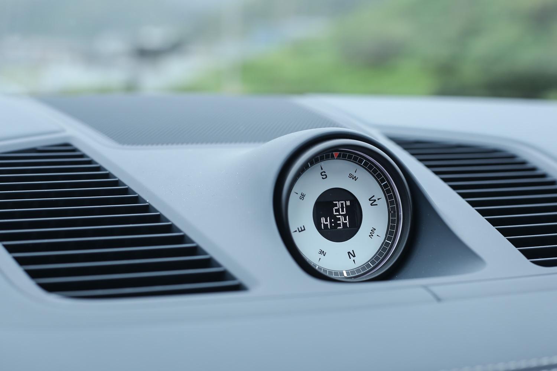 由於選配越野功能套件,因此跑車計時套件外圍具備電子羅盤功能。