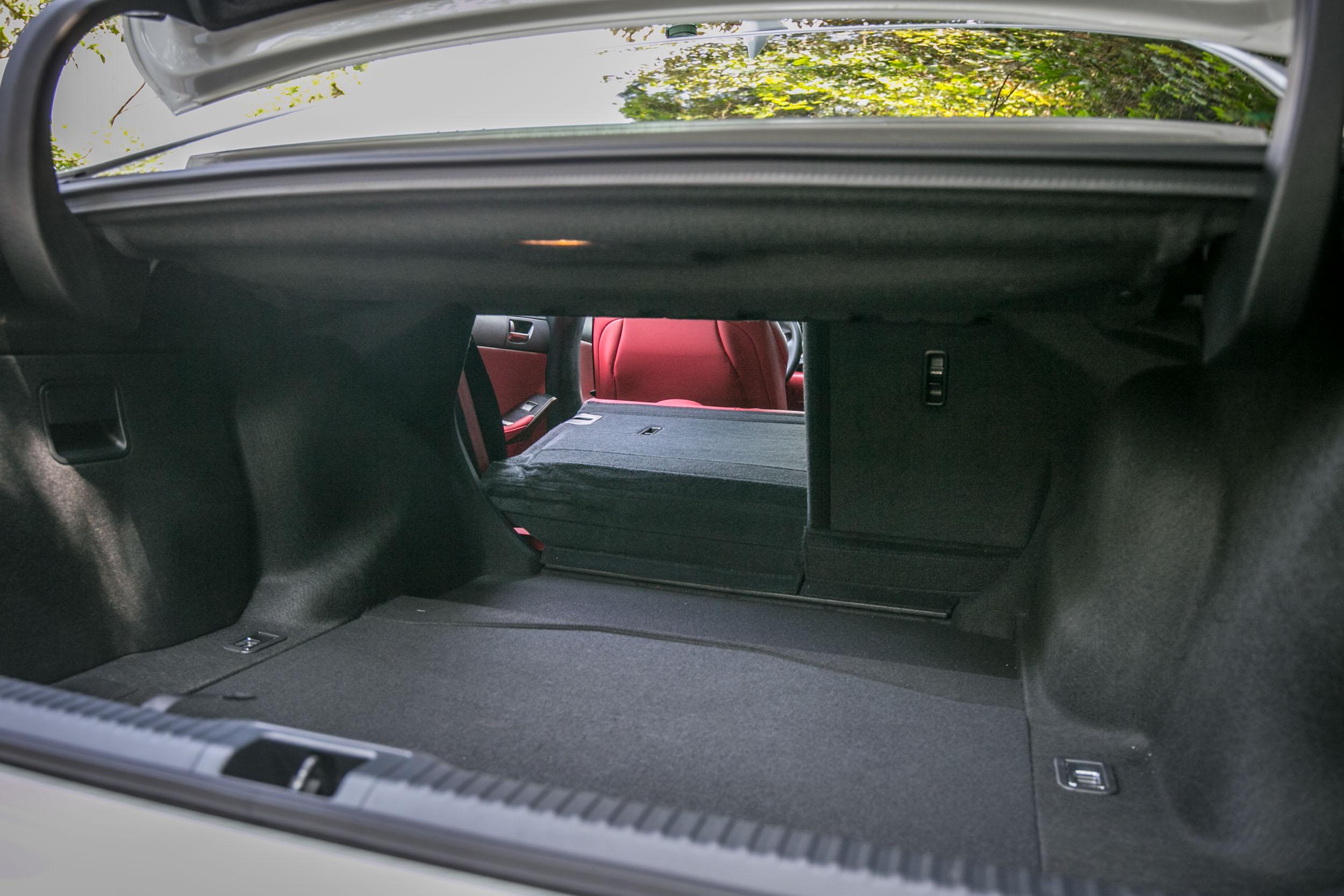 後座椅背可往前打平,增加置物機能。