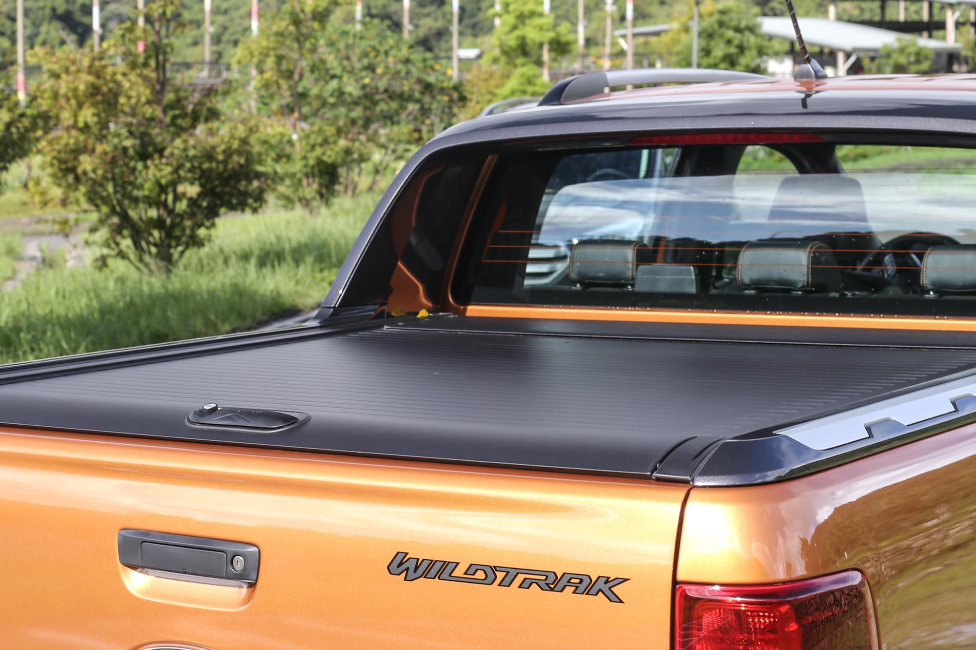試駕車款配備與北歐知名品牌 MountainTop 合作開發的輕量化鋁合金捲簾設計,可以增加後斗置物的隱蔽性。