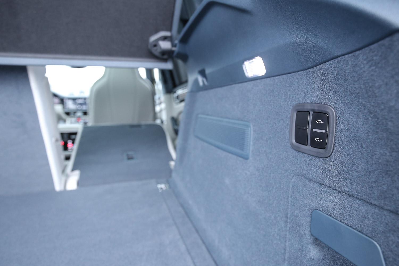 可以透過後廂兩側按鍵快速傾倒後座椅背。