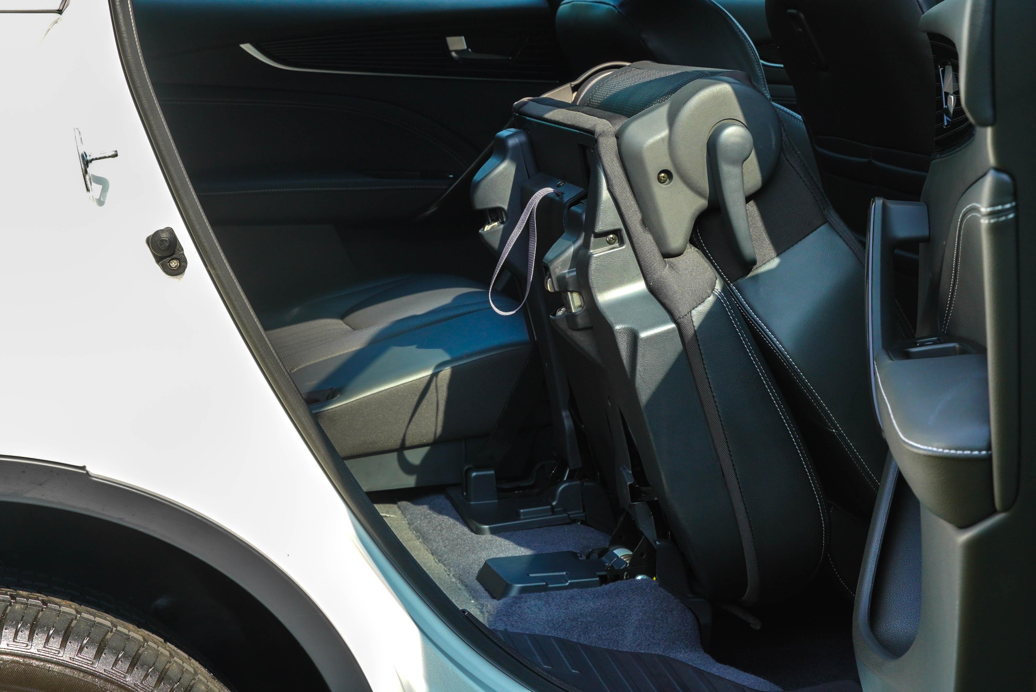URX 五人座版本具備二排座椅一鍵翻折,七人座版本提供電子式 One-touch 一鍵翻折功能。