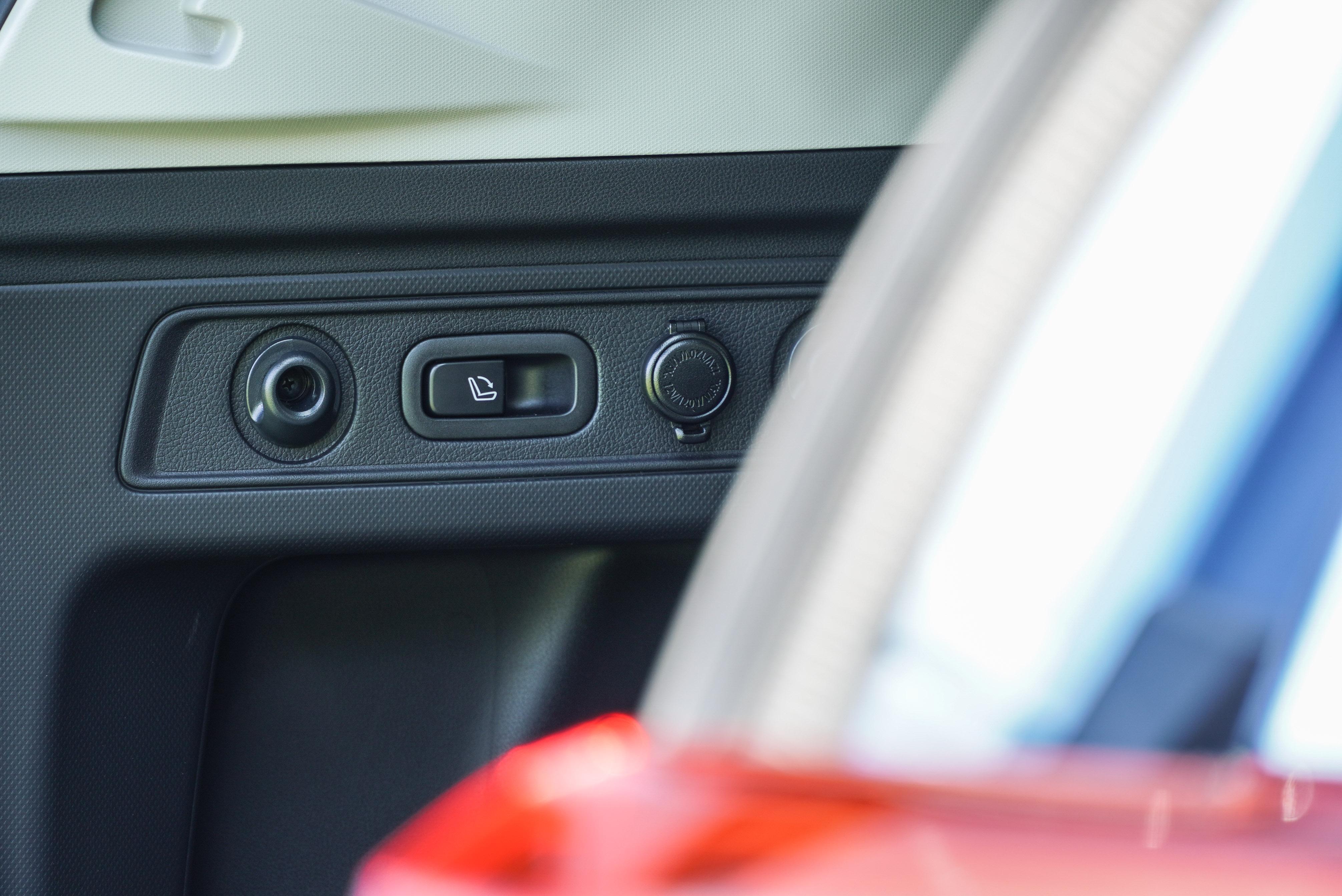 全車系標配後座一鍵傾倒功能。