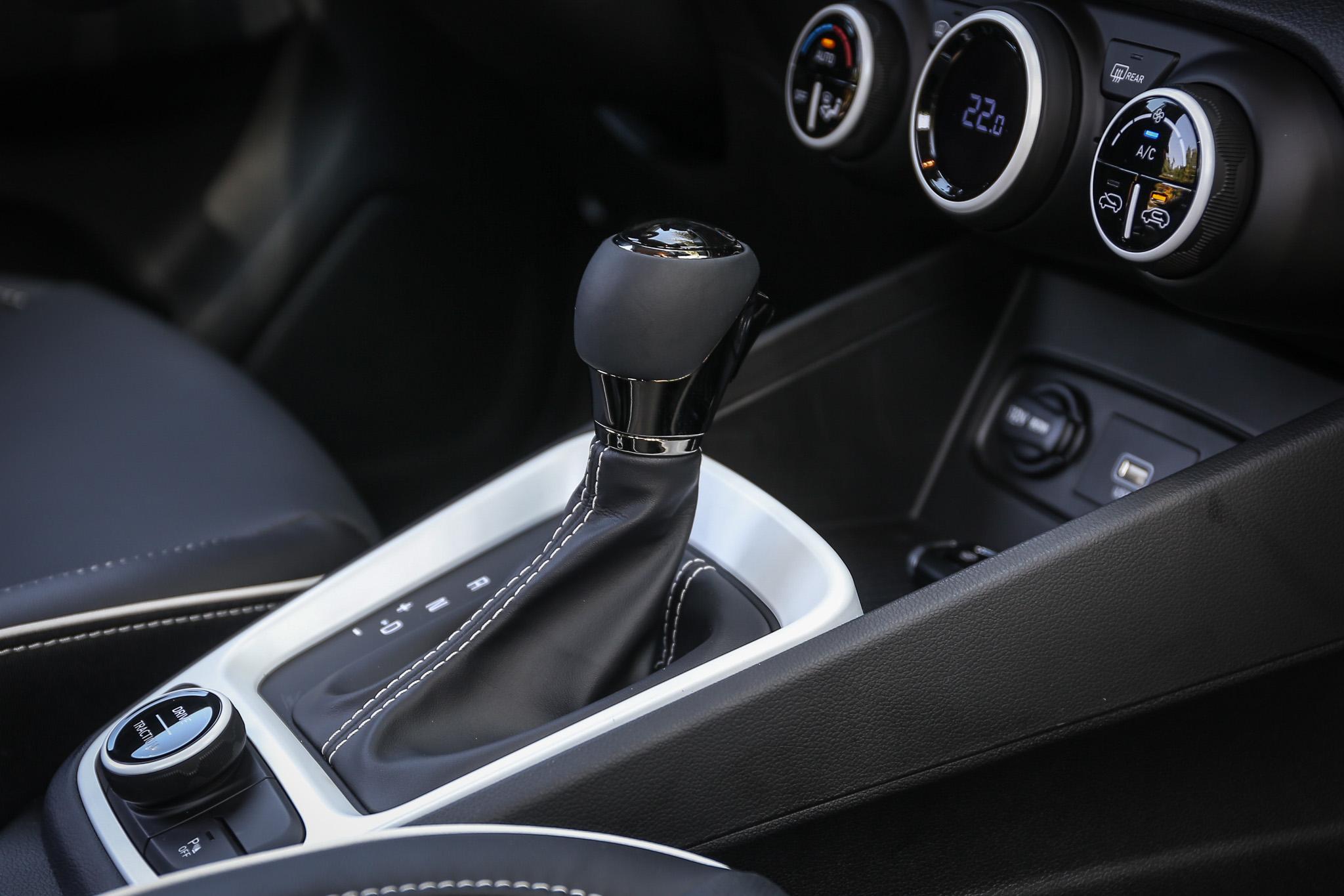 採用無段變速系統,原廠稱之 IVT,並可模擬八速手自排功能。