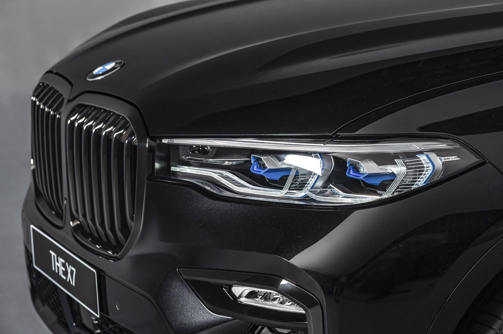 BMW X7 Dark Knight曜黑版升級智慧雷射頭燈(含Glare-free光型變化功能)與黑色高光澤水箱護罩。