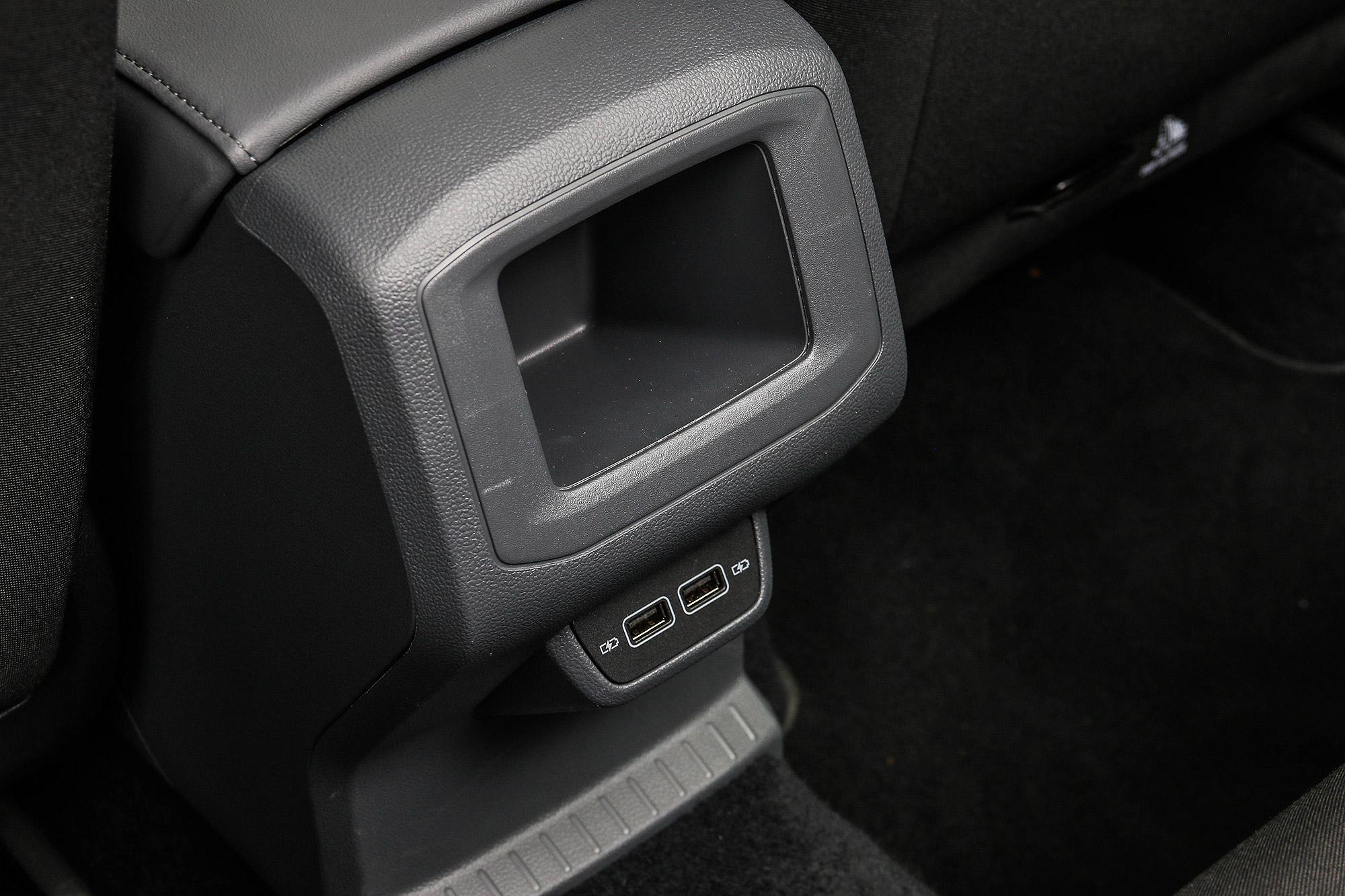 後座配有兩組 USB 插座以及置物凹槽。