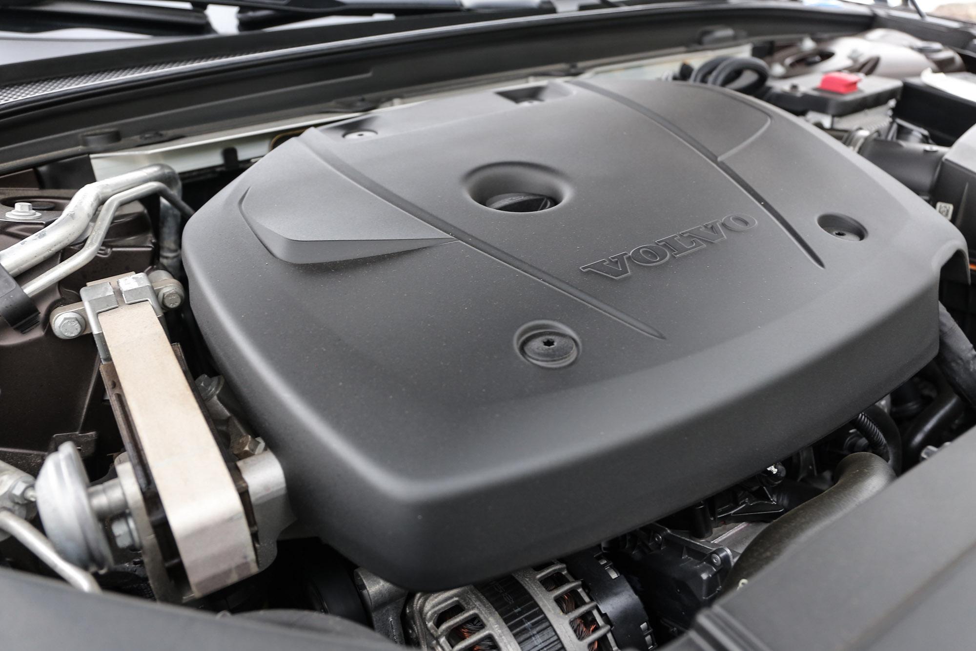 搭載 2.0 升渦輪增壓汽油引擎,具備320hp/5700rpm最大馬力與 40.8kgm/2200~5400rpm 最大扭力輸出。