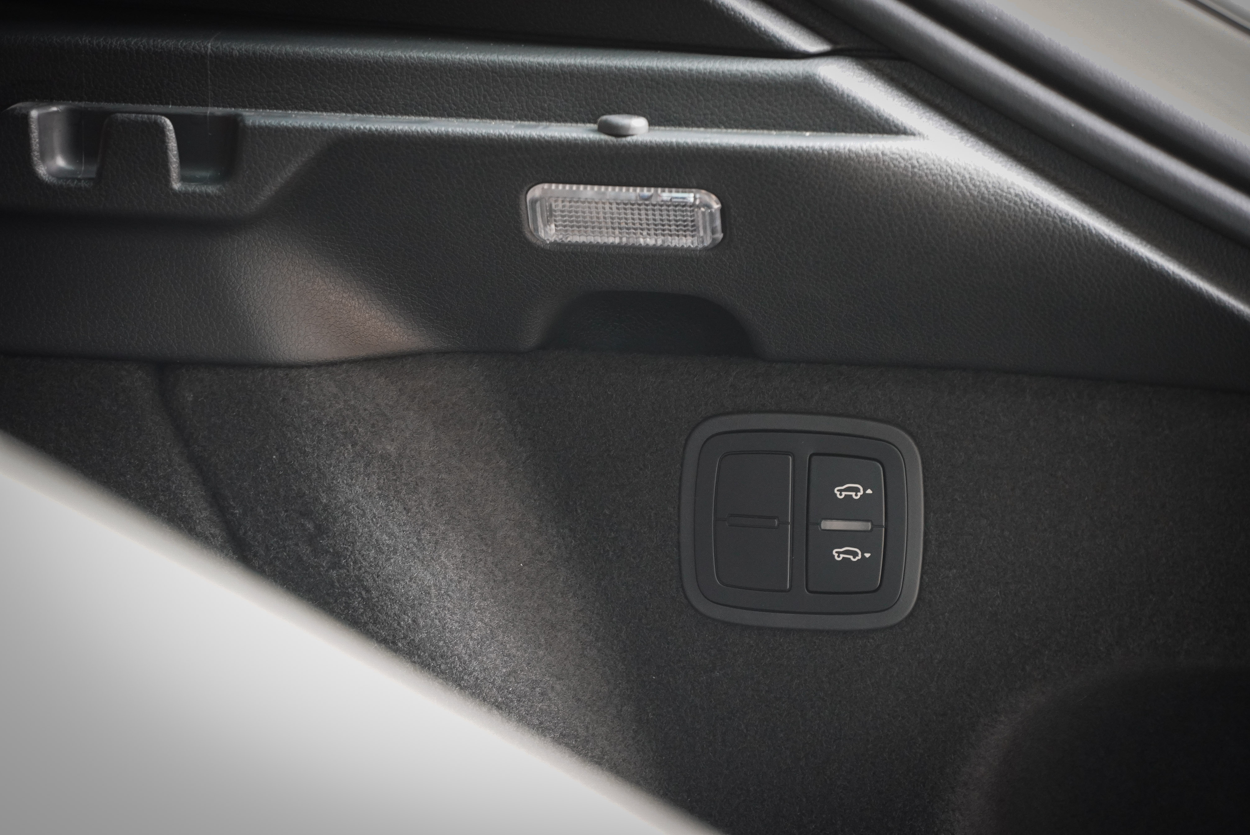 尾廂提供便利上下貨的車高升降按鈕。