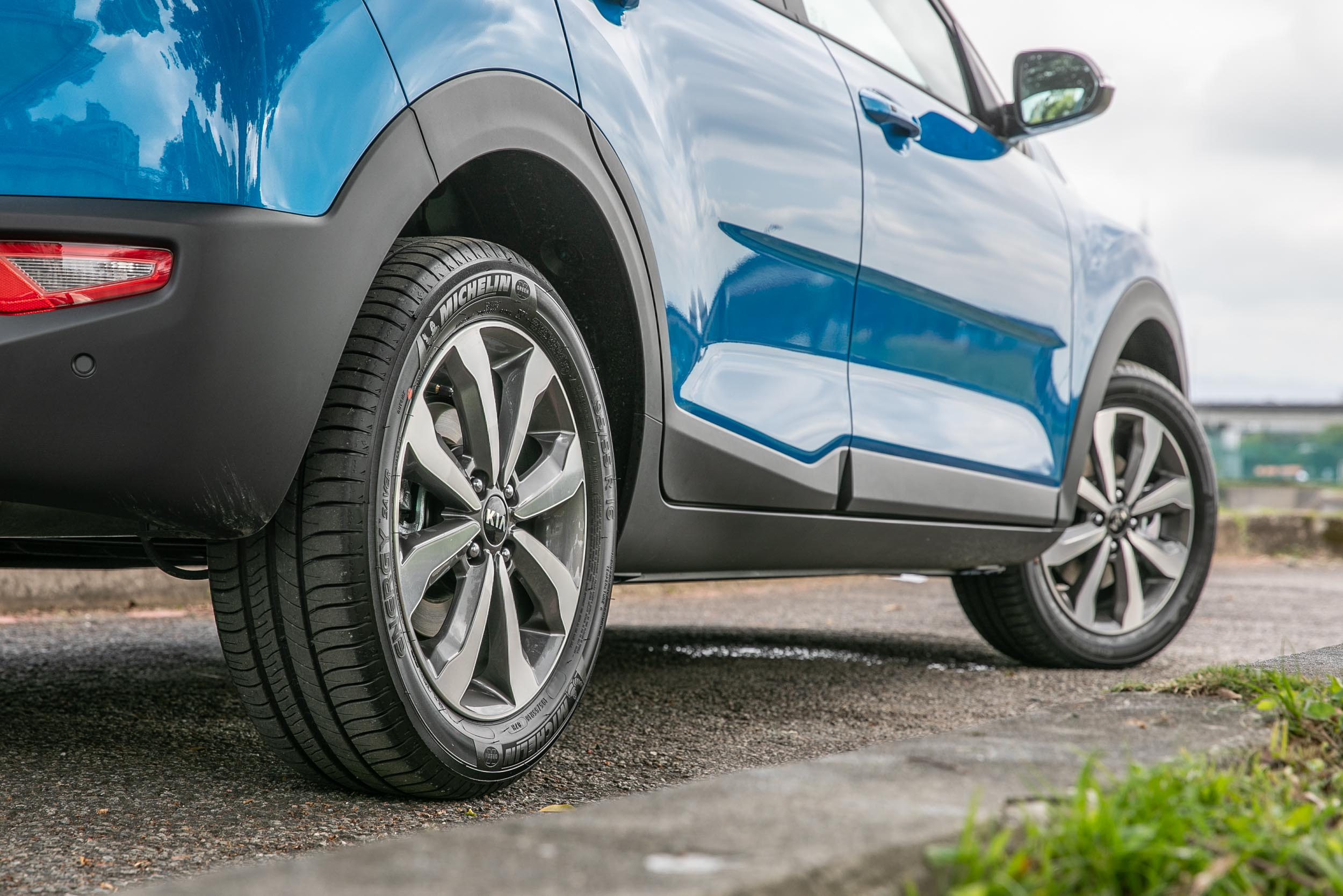 Stonic 1.0T智慧油電驚豔版專屬的 16 吋輪圈,配備 195/55R16 規格輪胎。