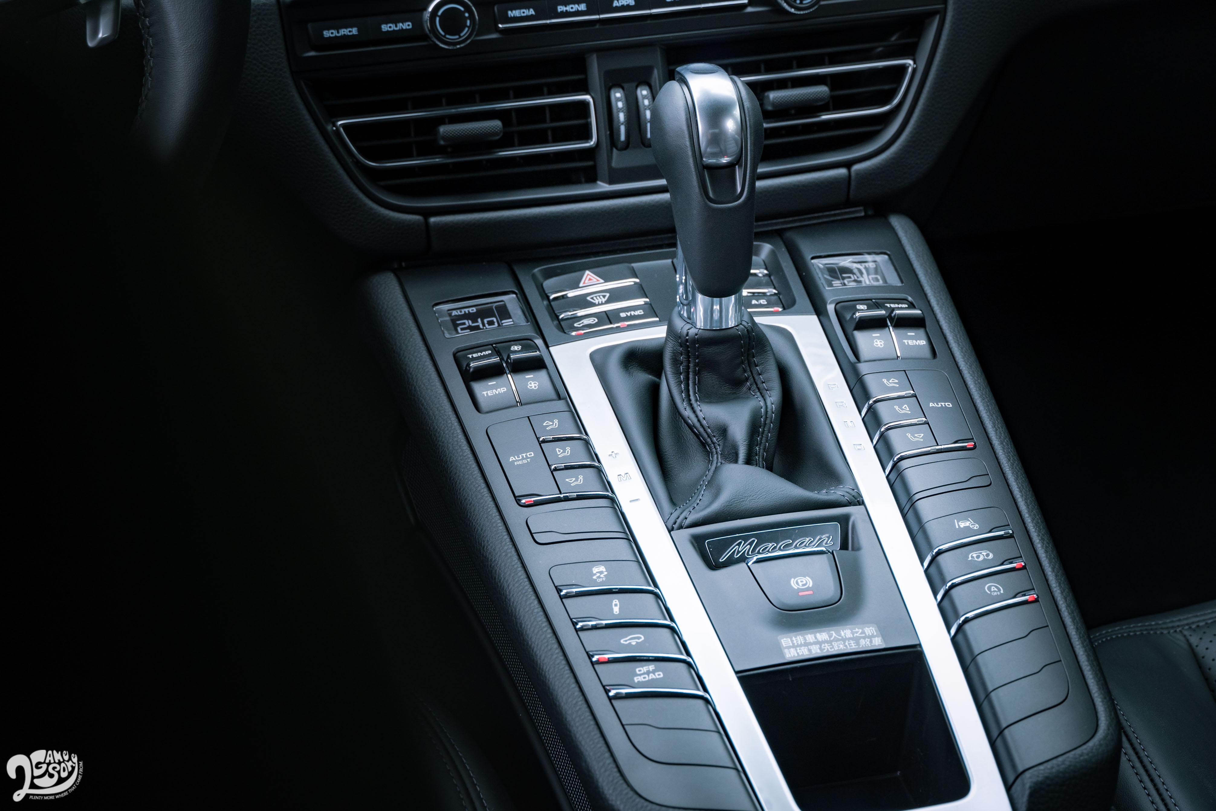 空調、底盤控制等按鍵集中在排檔桿周圍,保有類比時代的美好。