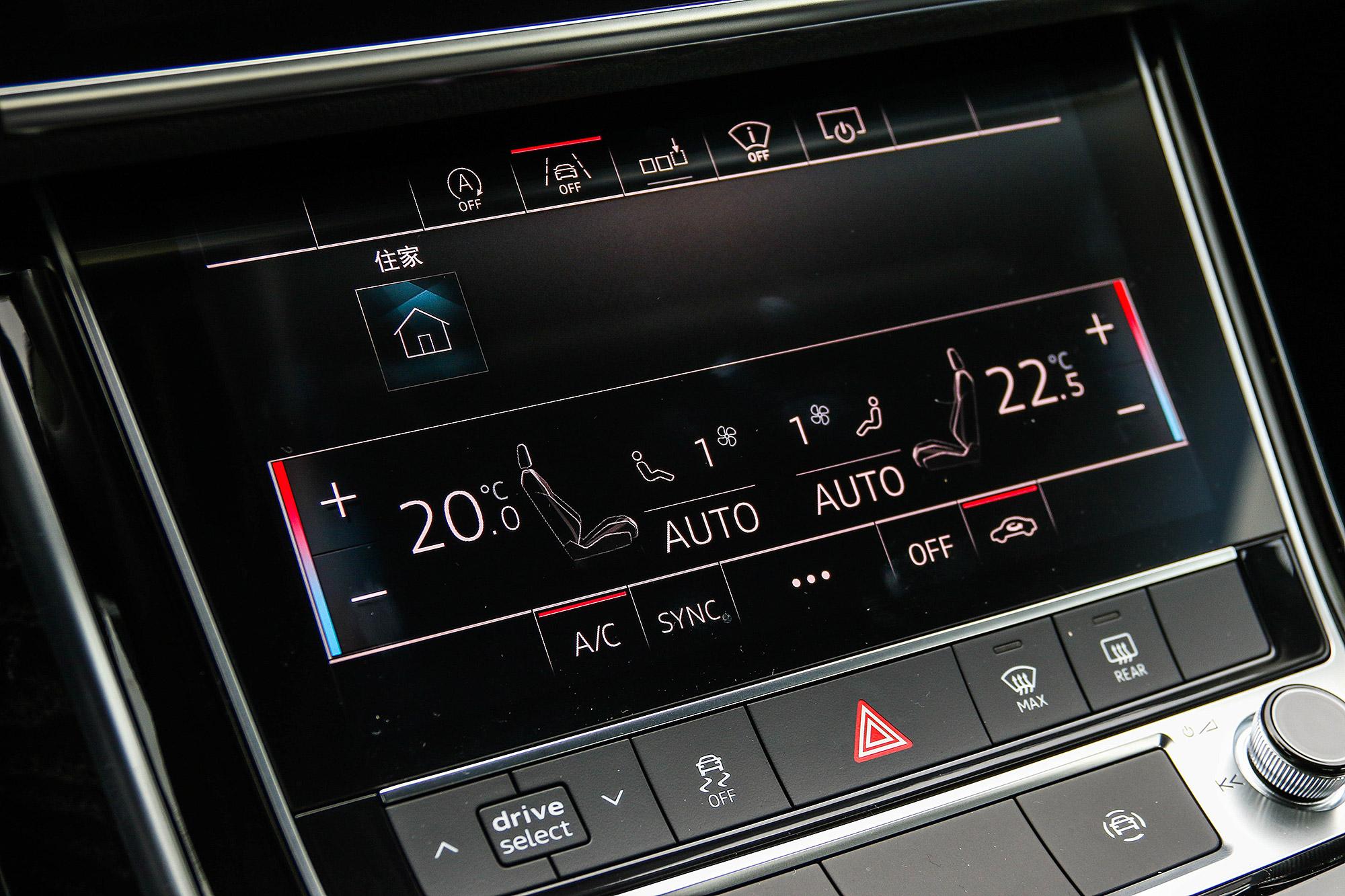 下方的 8.6 吋螢幕除了空調控制介面外,也可自由設定快捷設定頁面。