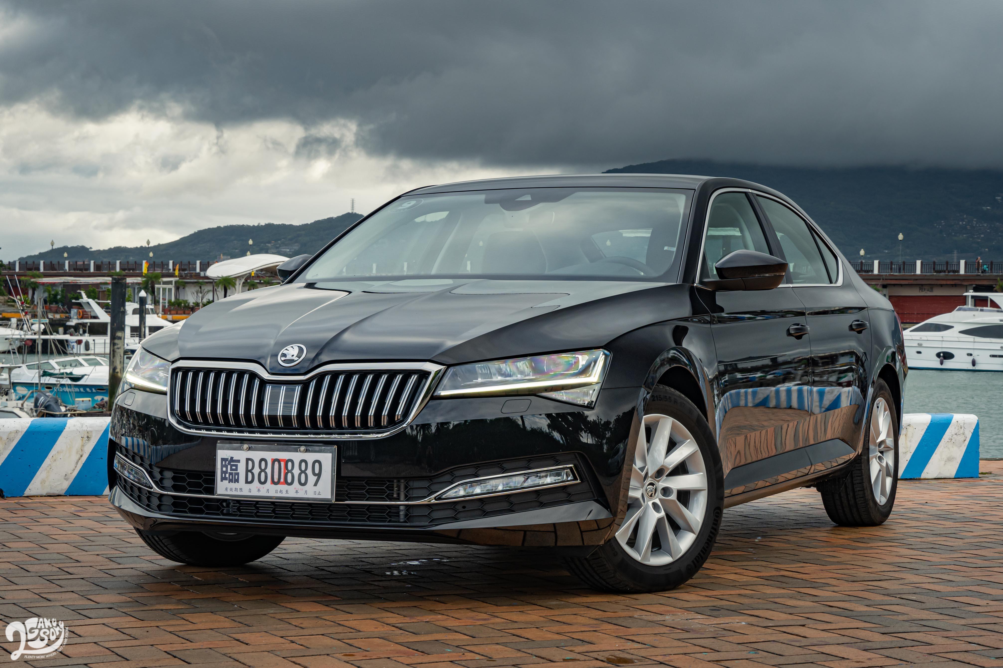 Superb 銳利的車身線條放在房車上也不失穩重氣質。
