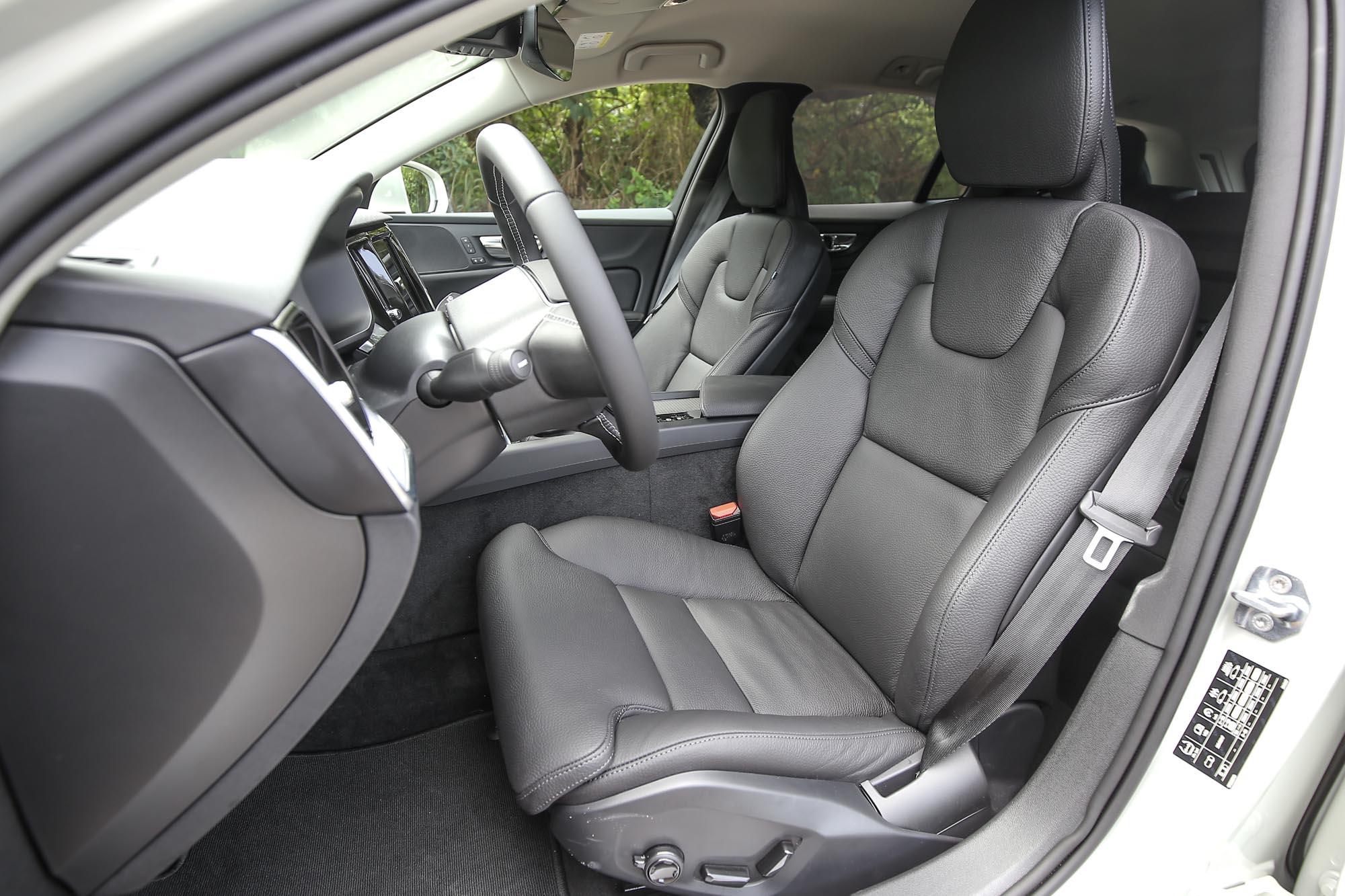 全車皆為真皮舒適型座椅,雙前座並有多向調整電動功能附四向電動腰靠。