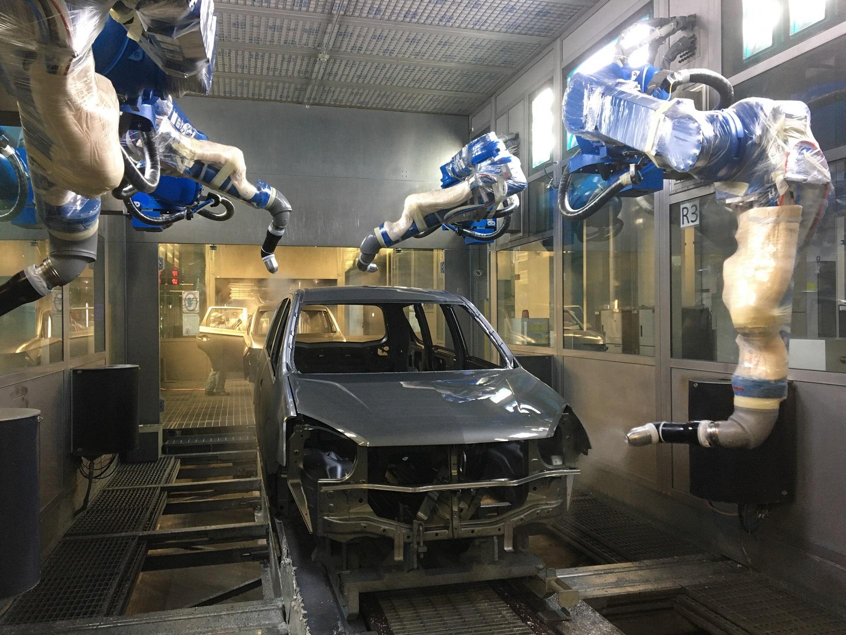 中華汽車推動綠色生產,污染防治減量,噴塗專用機器人有效降低污染。