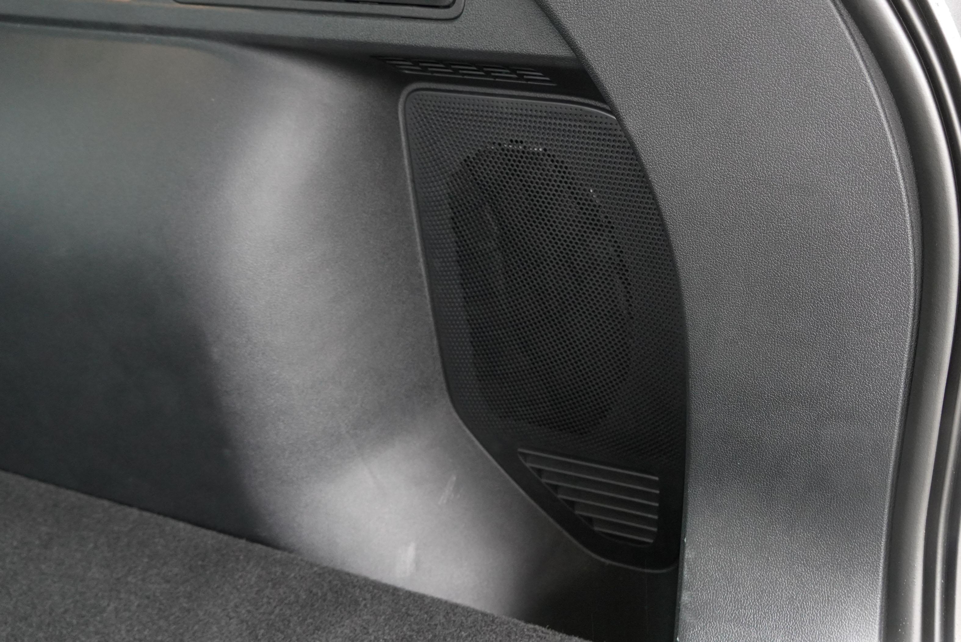 重低音喇叭位於行李廂右側。