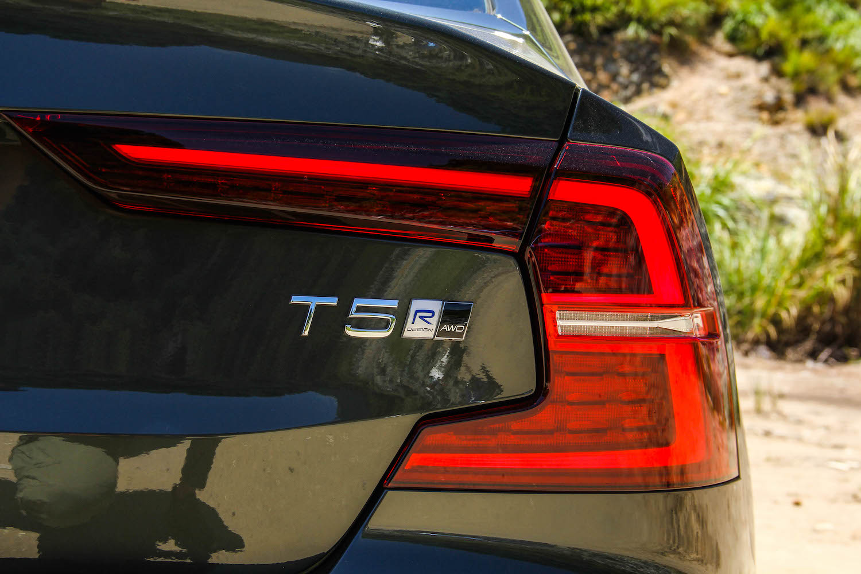 R-Design、AWD 身份表現於右尾燈內緣。