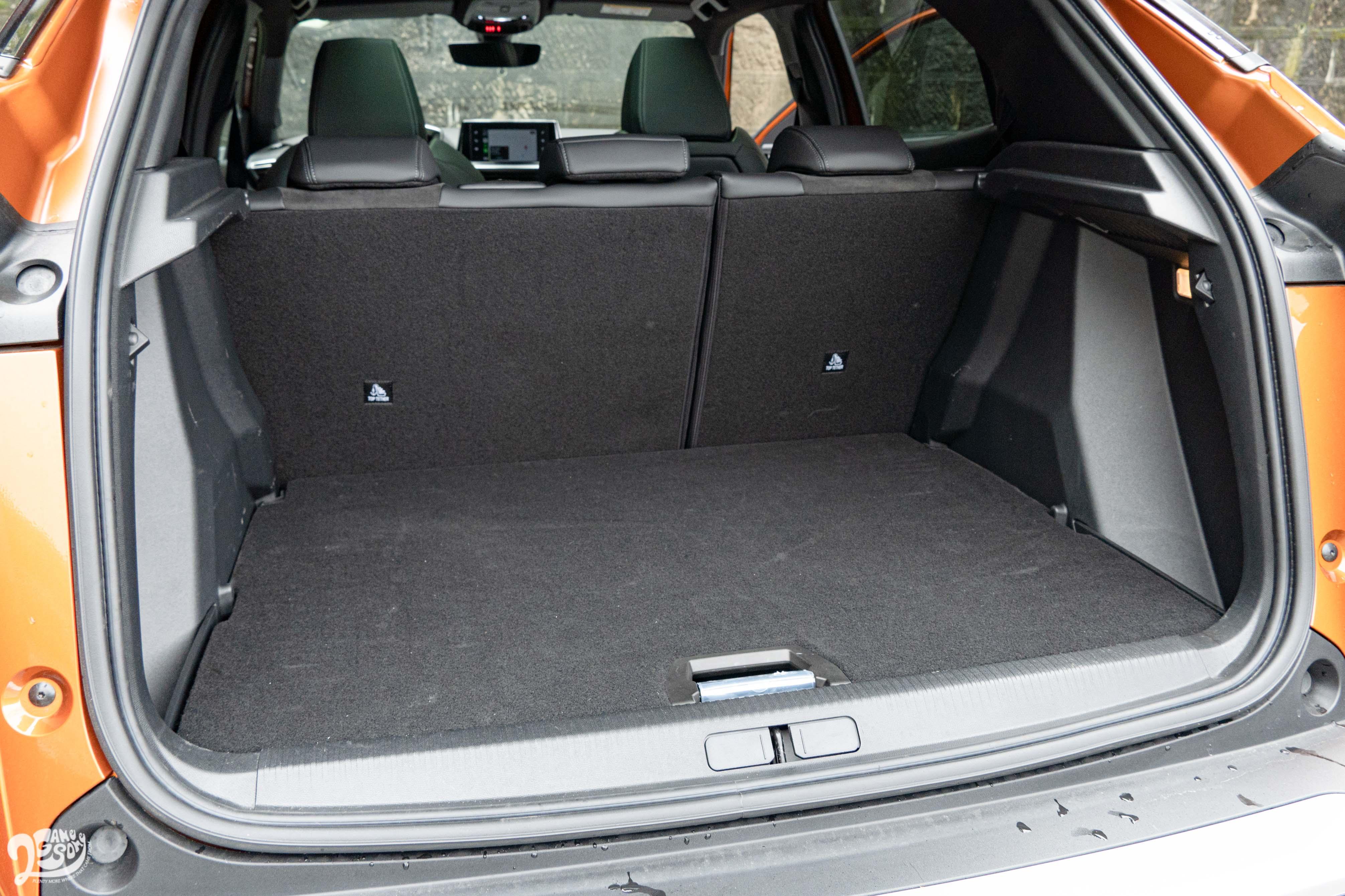 行李廂提供 6/4 椅背傾倒功能,容量可變化於 405、1467 公升。
