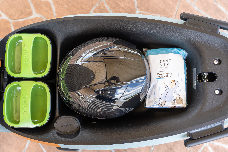 VIVA XL 坐墊下置物空間有 26.5L,可以放下一頂 3/4 安全帽以外還有空間可放雨衣。